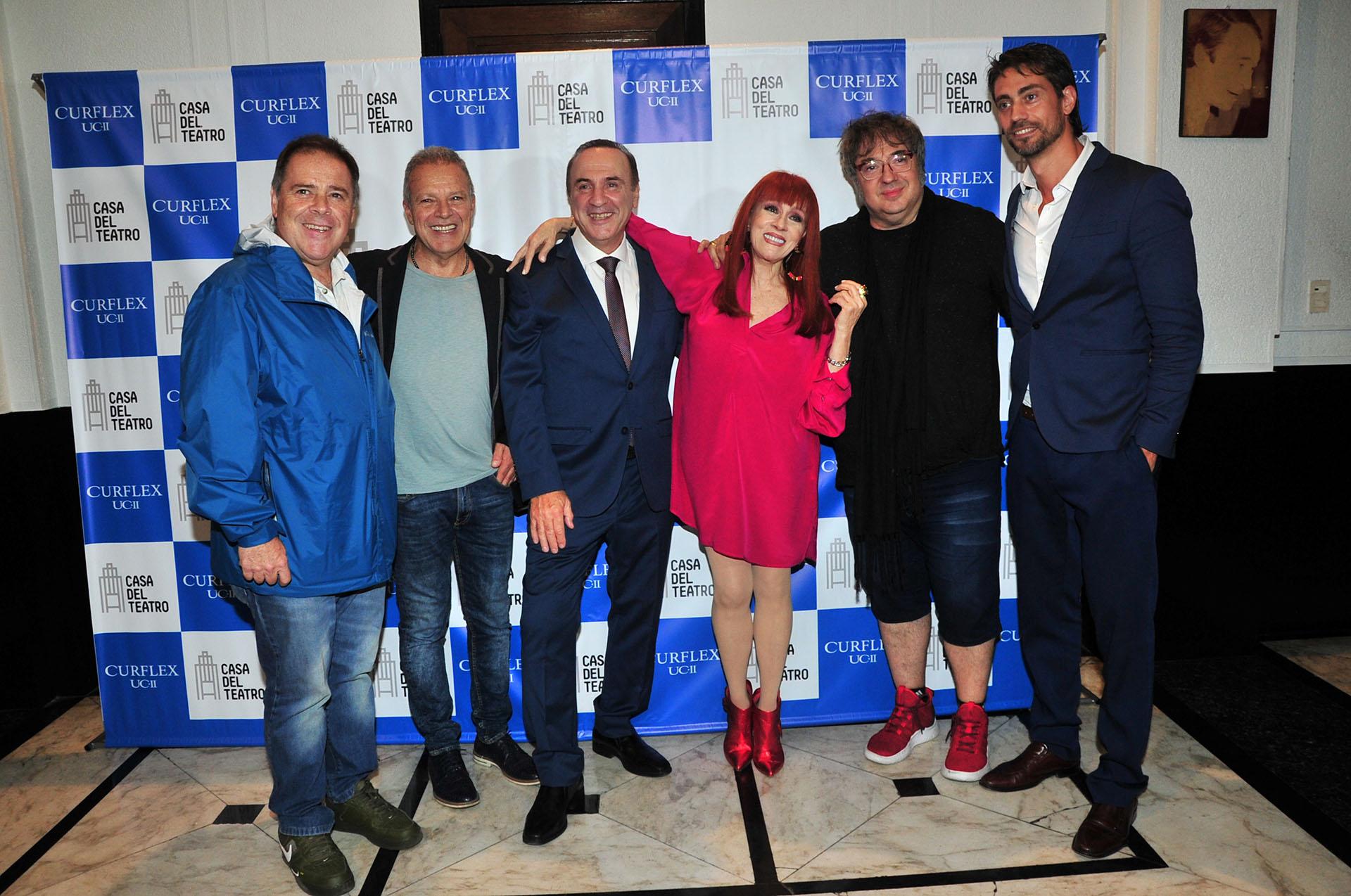 Linda Peretz junto a Norberto Furman y varios artistas que se acercaron a colaborar con la Casa del Teatro