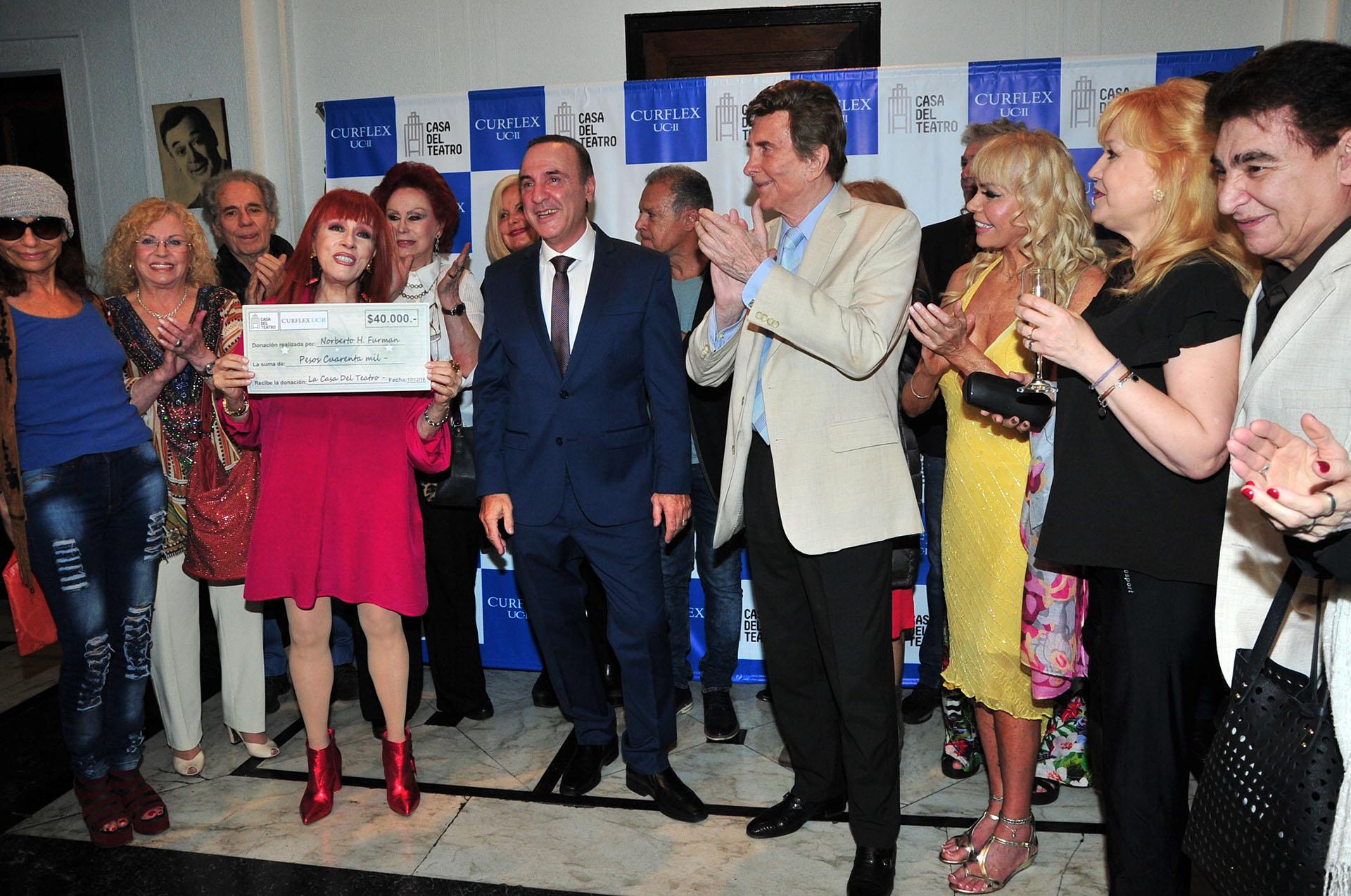 Linda Peretz festejó, junto a un importante grupo de artistas, la donación para la Casa del Teatro (Crédito: Teleshow)
