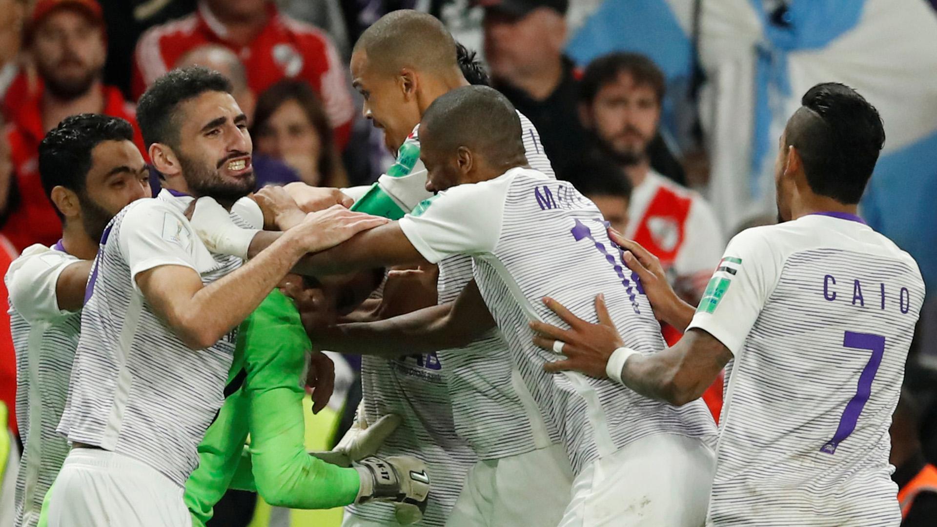 Todos van a felicitar a Khalid Eisa tras el remate atajado a Enzo Pérez