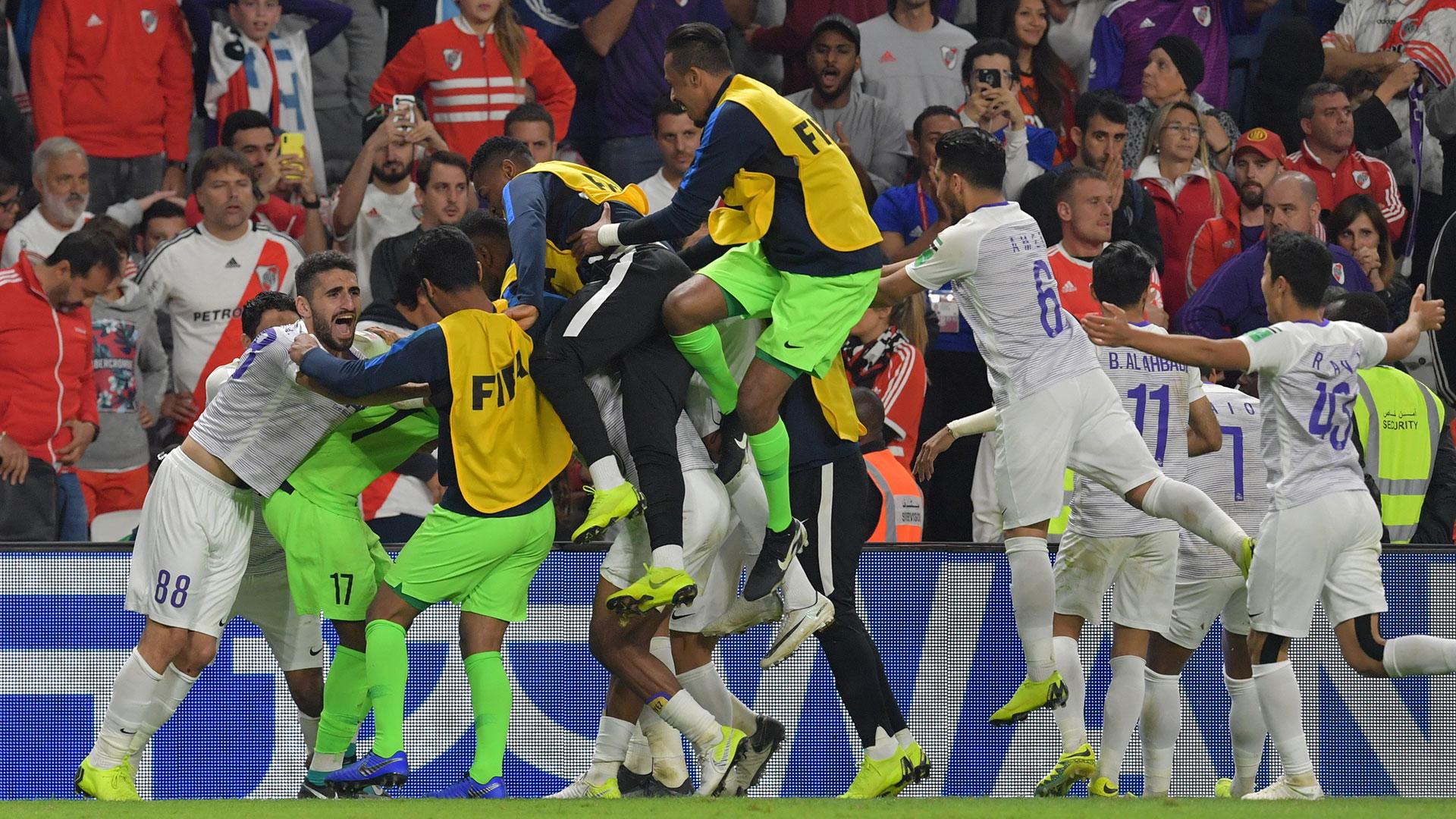 Los jugadores de Al Ain de Emiratos Árabes celebran la victoria por penales ante River Plate de Argentina que le dio un lugar en la final del Mundial de Clubes el 18 de diciembre