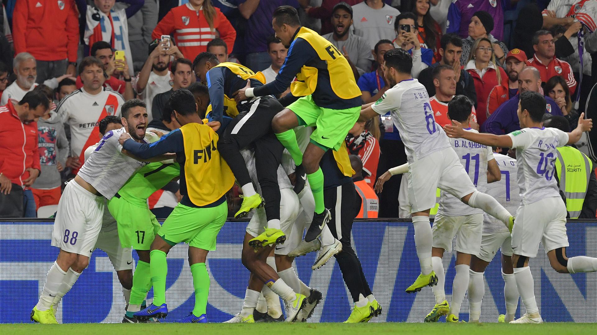 En la etapa inicial hubo dos jugadas polémicas: una mano de Exequiel Palacios adentro del área que bien pudo considerarse penal para los árabes y un tanto anulado por presunta posición adelantada tras un rebote previo (hubiera significado el 2-2).