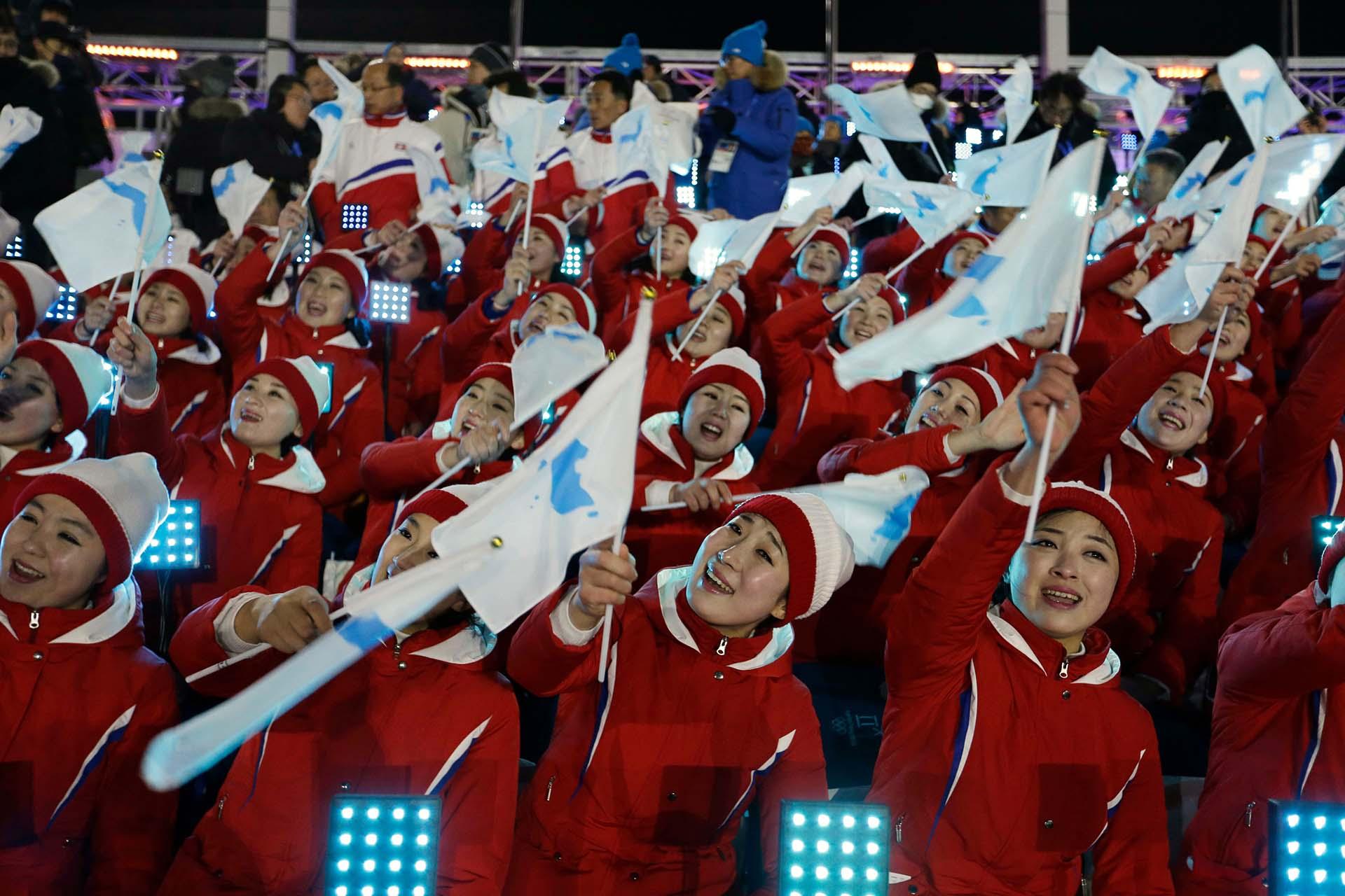 Atletas de Corea del Norte agitan las banderas del equipo combinado de ambas Coreas en la ceremonia inaugural de los Juegos Olímpicos de Invierno de en Pyeongchang, Corea del Sur, el 8 de febrero