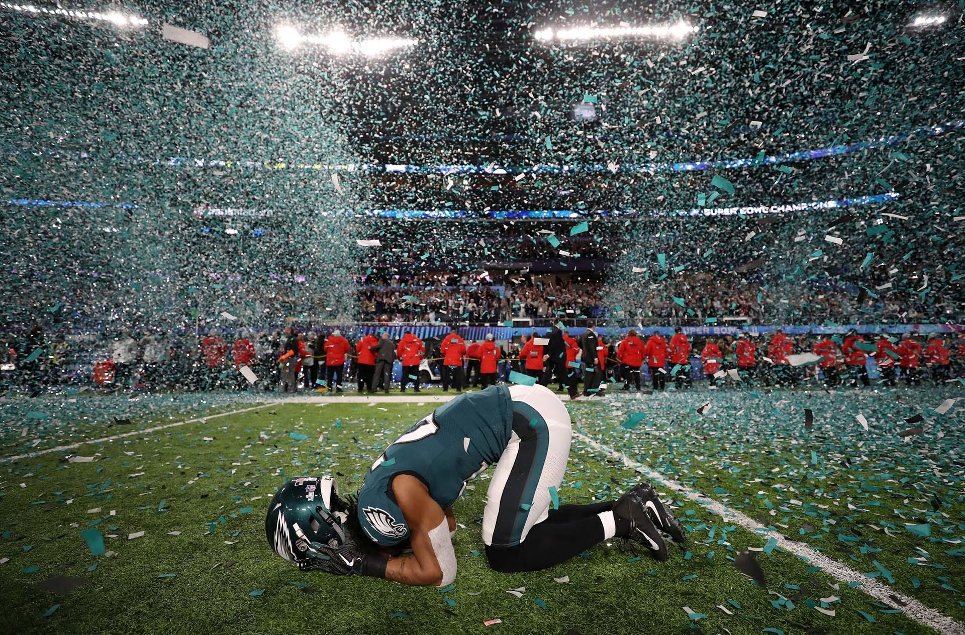 Patrick Robinson, de los Philadelphia Eagles, celebra la obtención del Super Bowl en el US Bank Stadium de Minnesota el 4 de febrero