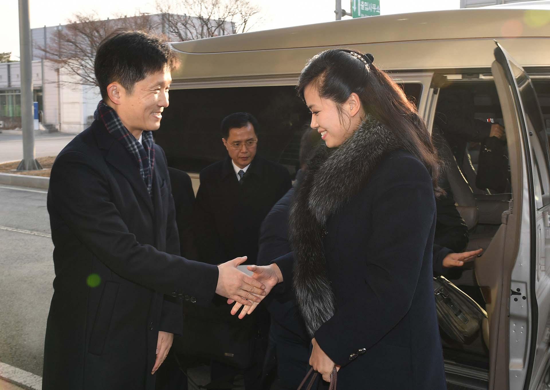 La cantante pop norcoreana Hyon Song-Wol es recibida por un funcionario cerca de la zona desmilitarizada que divide a la península coreana el 21 de enero