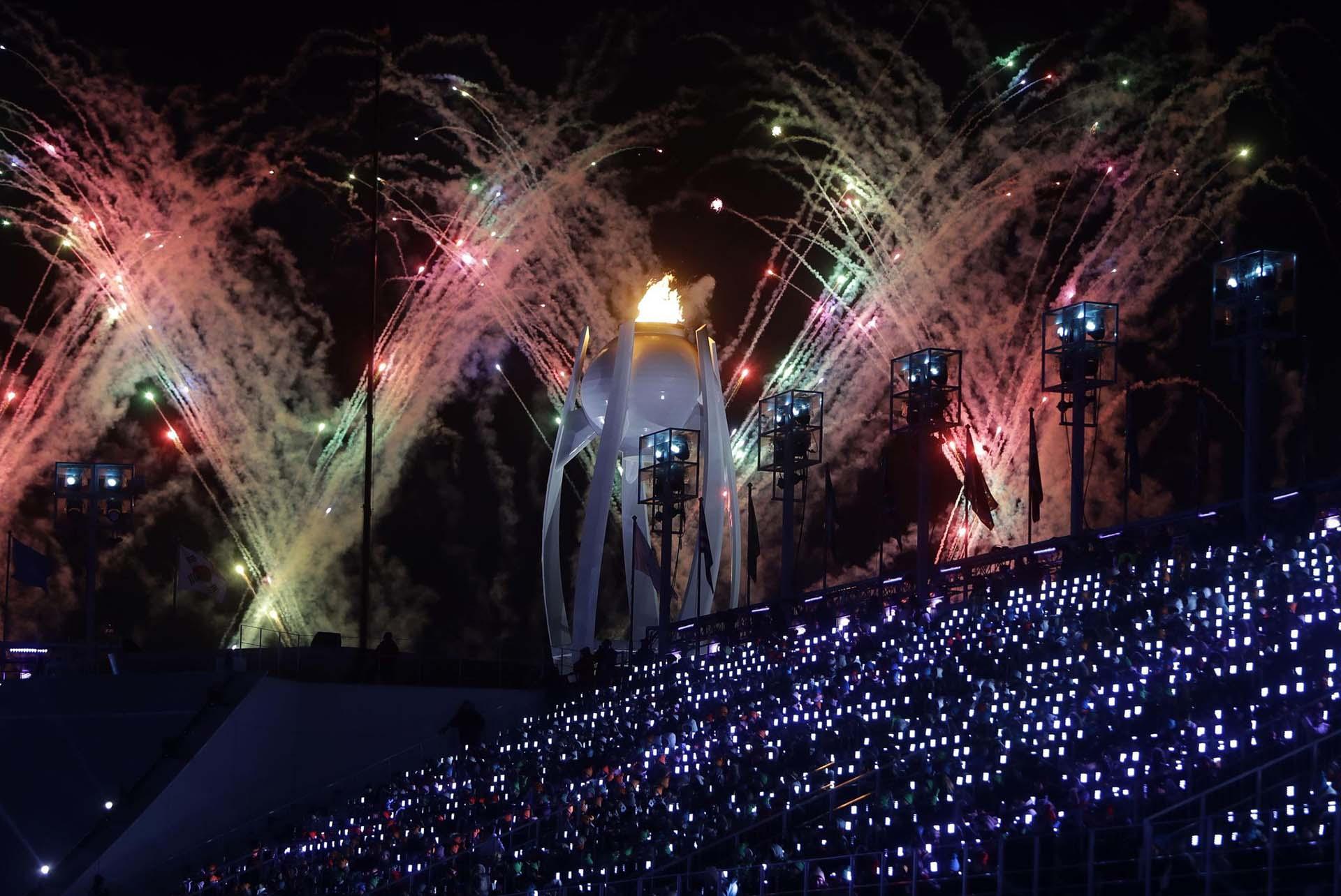 Fuegos artificiales explotan sobre el estadio de Pyeongchang, Corea del Sur, en la ceremonia de clausura de los Juegos Olímpicos de Invierno el 25 de febrero