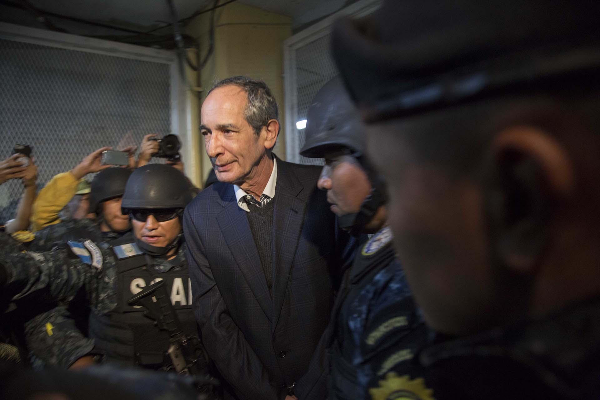 El ex presidente de Guatemala Álvaro Colomes detenido por corrupción y llevado ante la Justicia el 13 de febrero