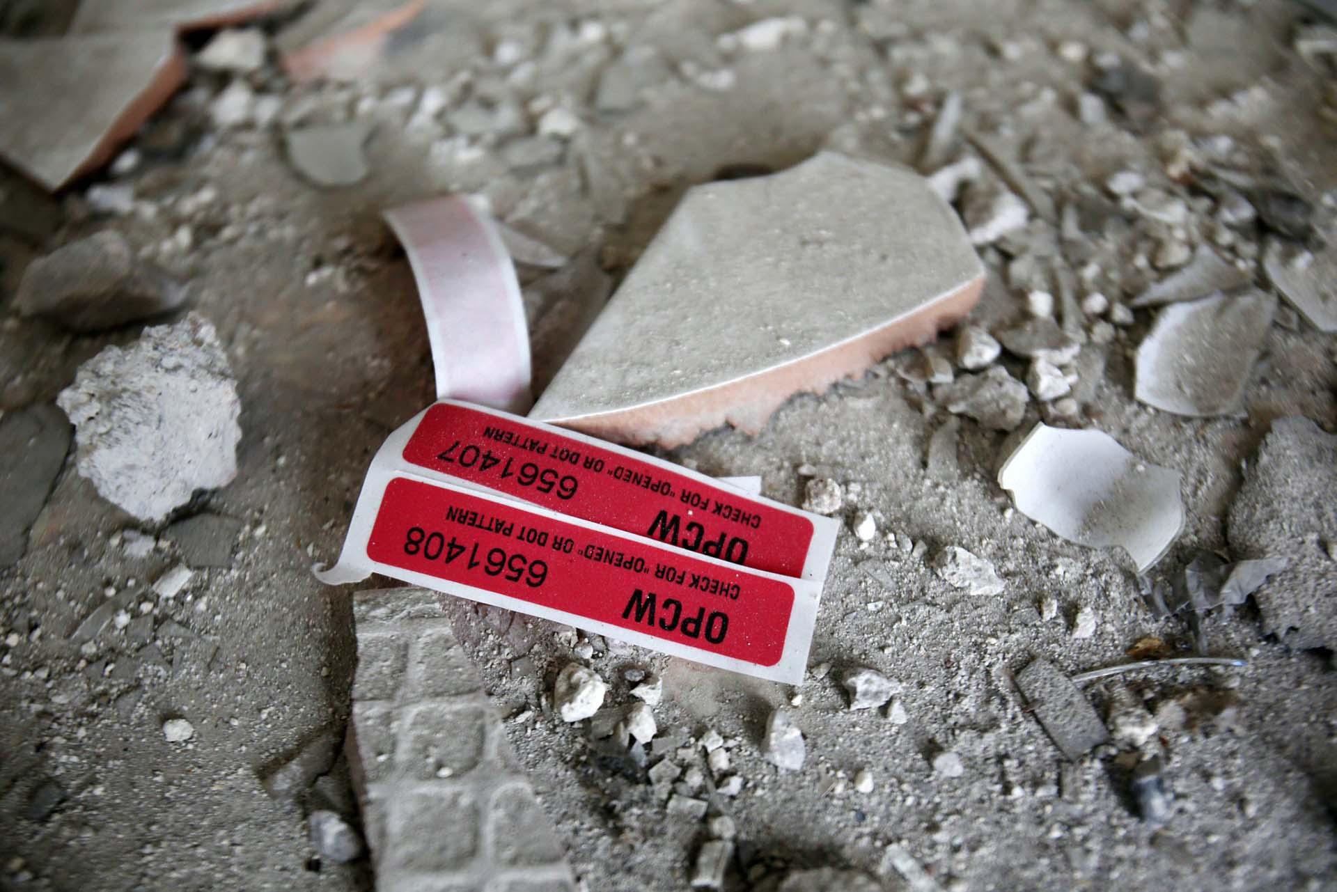 Etiquetas de la Organización para la Prohibición de Armas Químicas (OPWC) en una casa dañada por un ataque químico en Duma, Siria, el 23 de abril