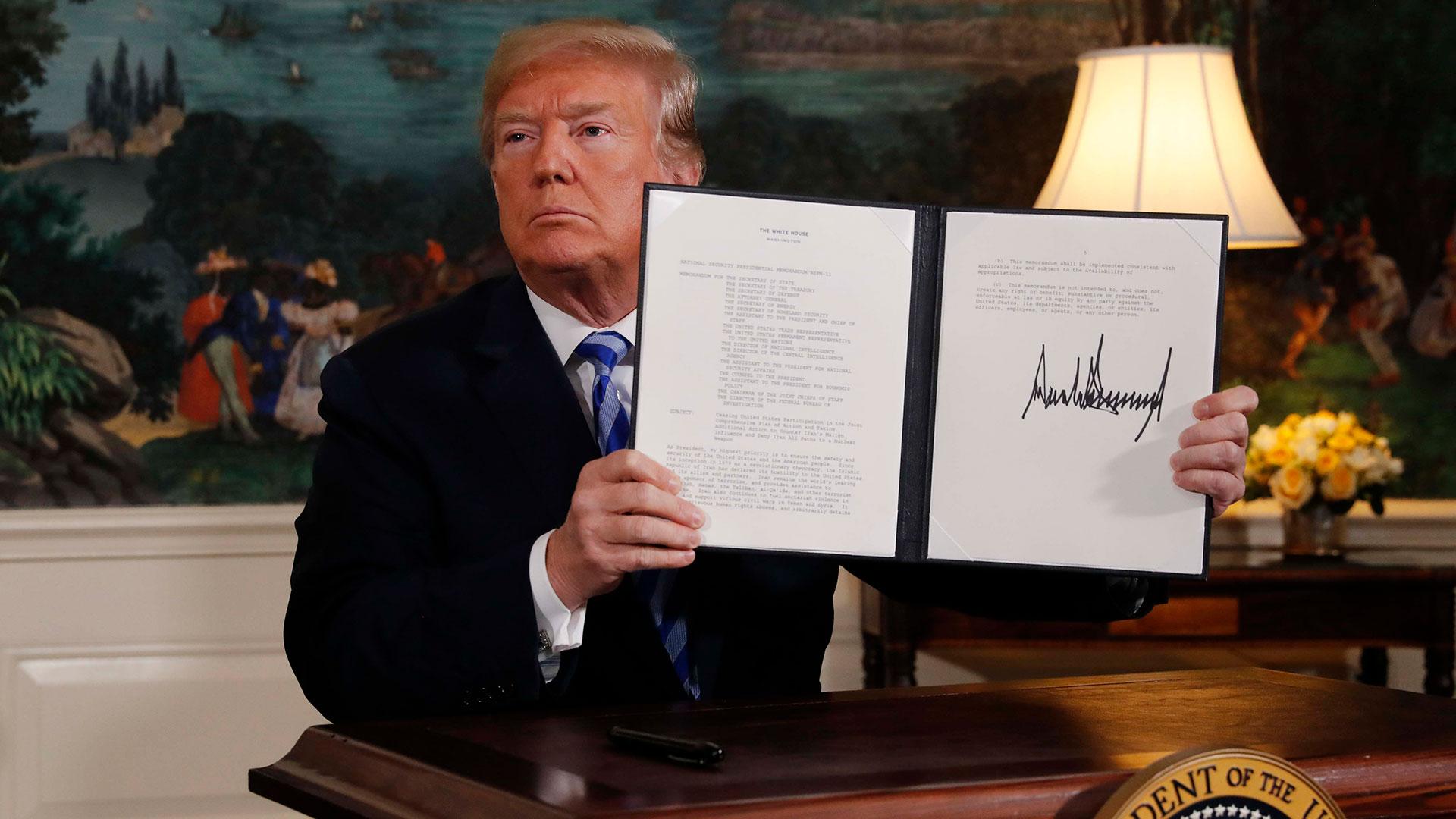 Donald Trump firma la salida de los EEUU del pacto nuclear con Irán el 8 de mayo (Reuters)