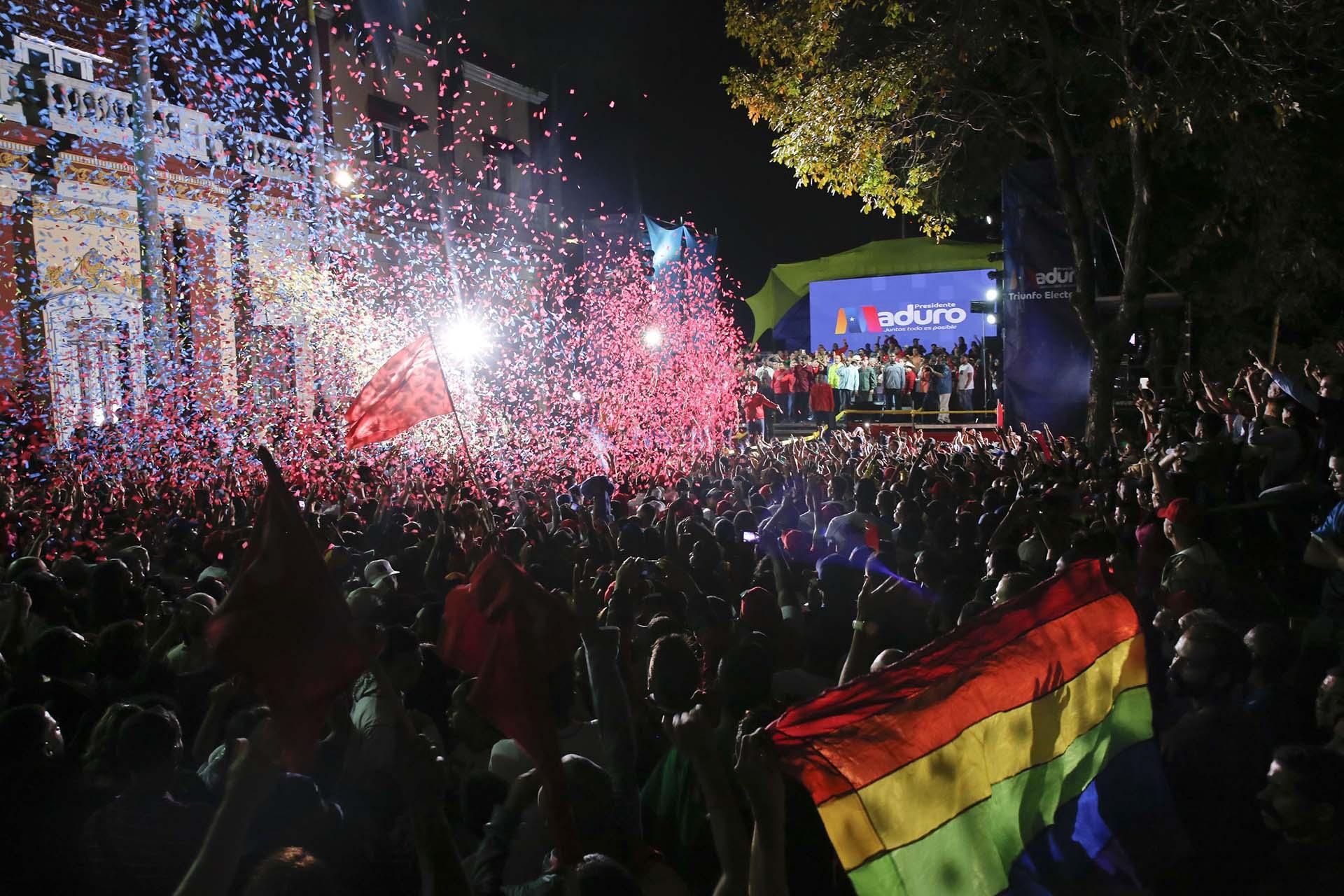 Venezolanoschavistascelebran la reelección del presidente Nicolás Maduro en elecciones fraudulentas el 20 de mayo frente al Palacio de Miraflores de Caracas