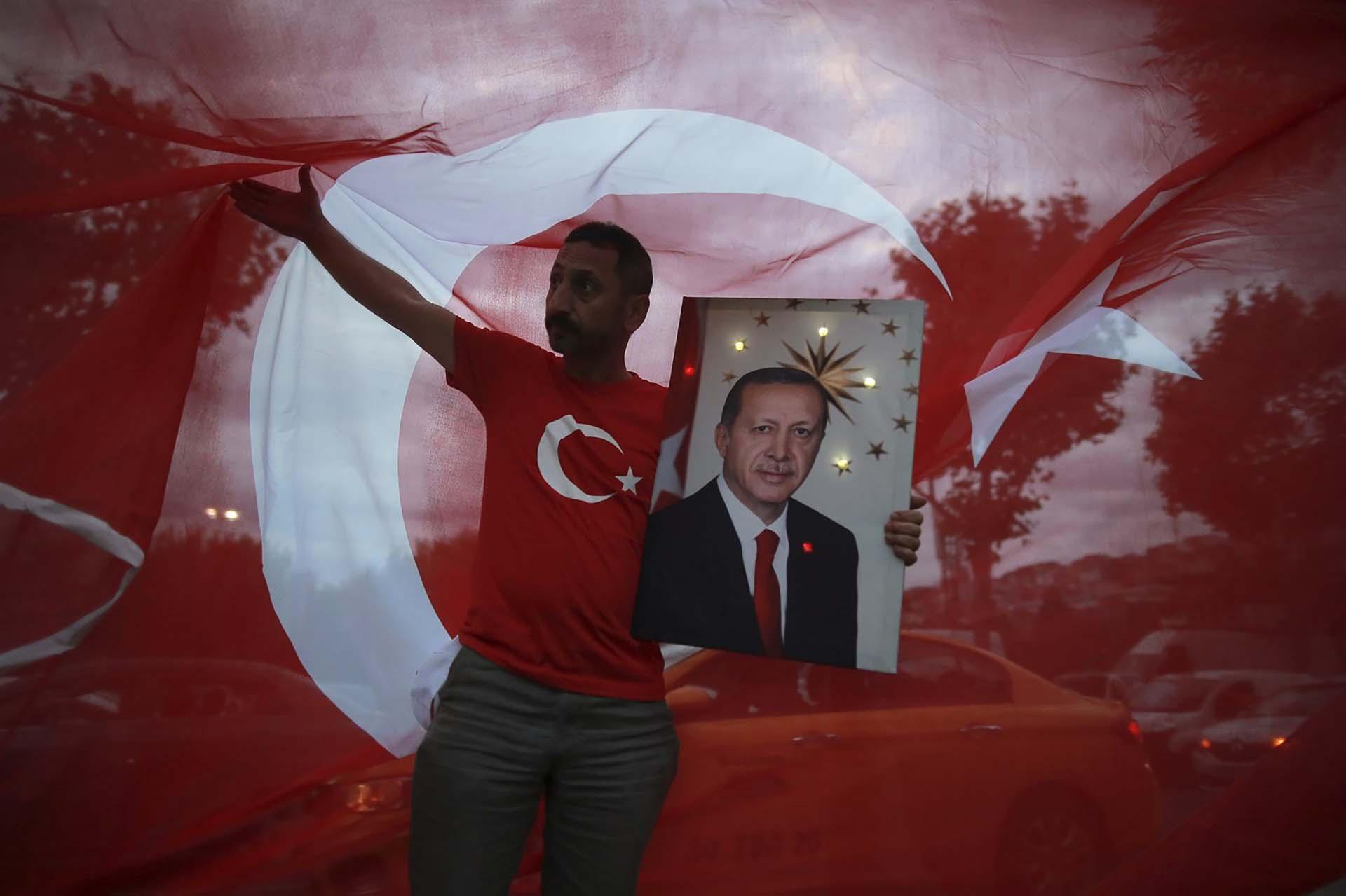 Seguidores del presidente Recep Tayyip Erdogan festejan su victoria en las elecciones generales presidenciales del 24 de junio en Turquía