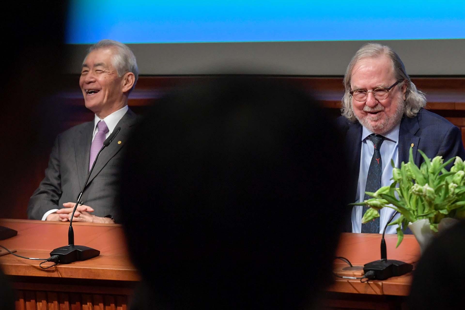 Los premios Nobel de Medicina Tasuko Honjo y James P. Allison durante una conferencia de prensa en el Instituto Karolinska en Solna, Estocolmo, el 1° de octubre