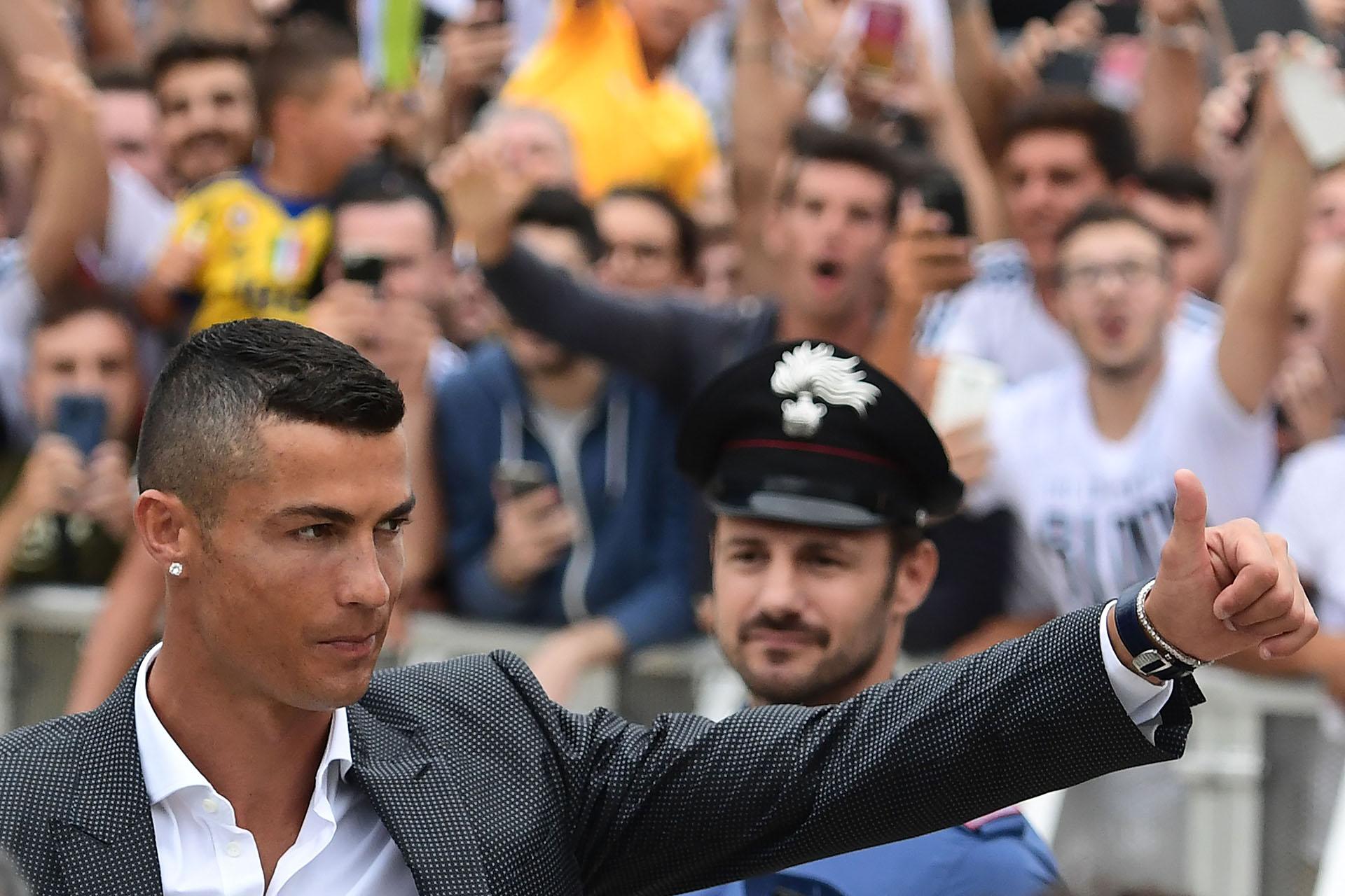 El club italiano Juventus presentó al futbolista portugués Cristiano Ronaldo como su nueva incorporación al equipo el 16 de julio