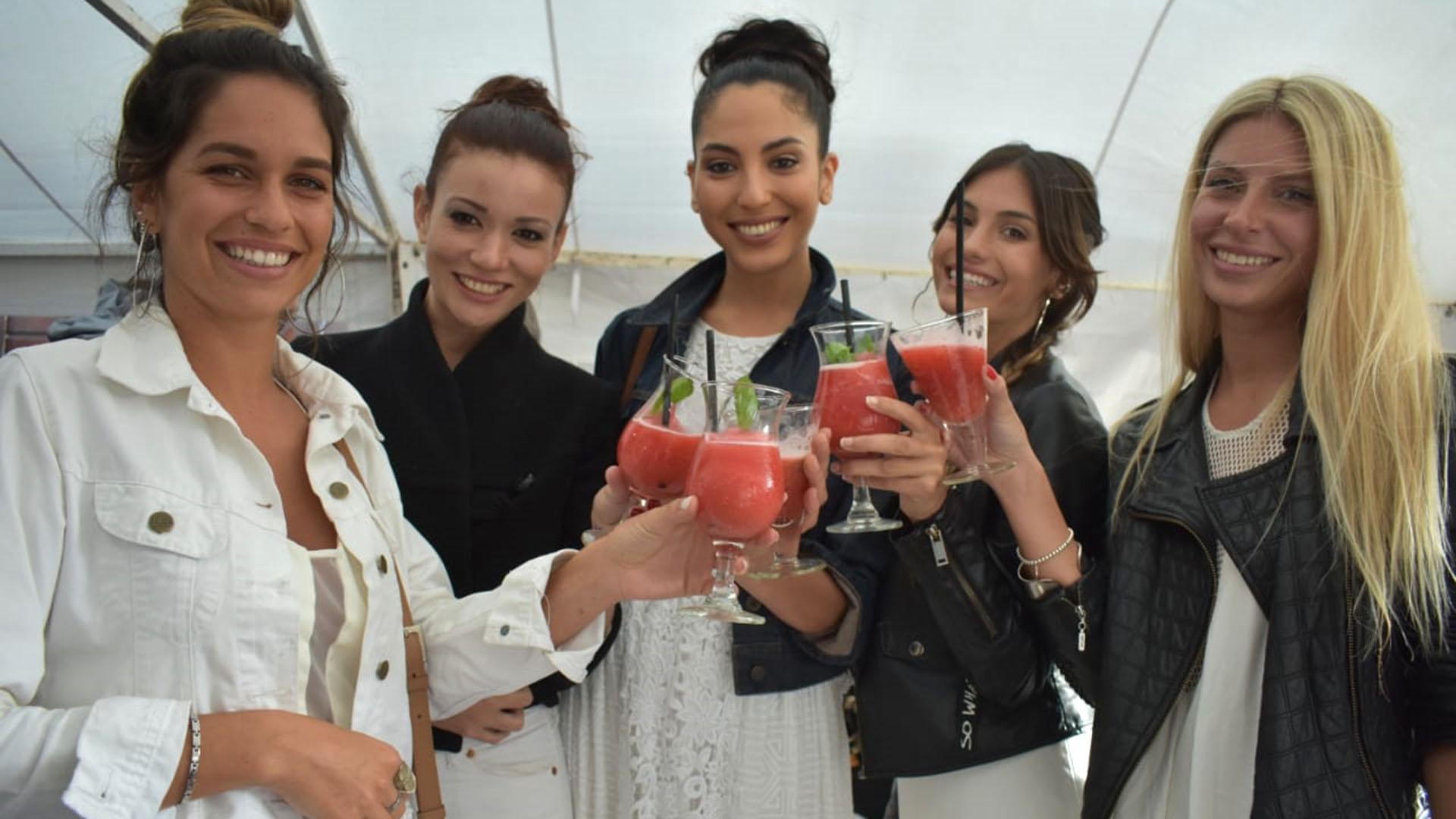 Un grupo de celebrities en el lanzamiento de temporada del Partido de La Costa