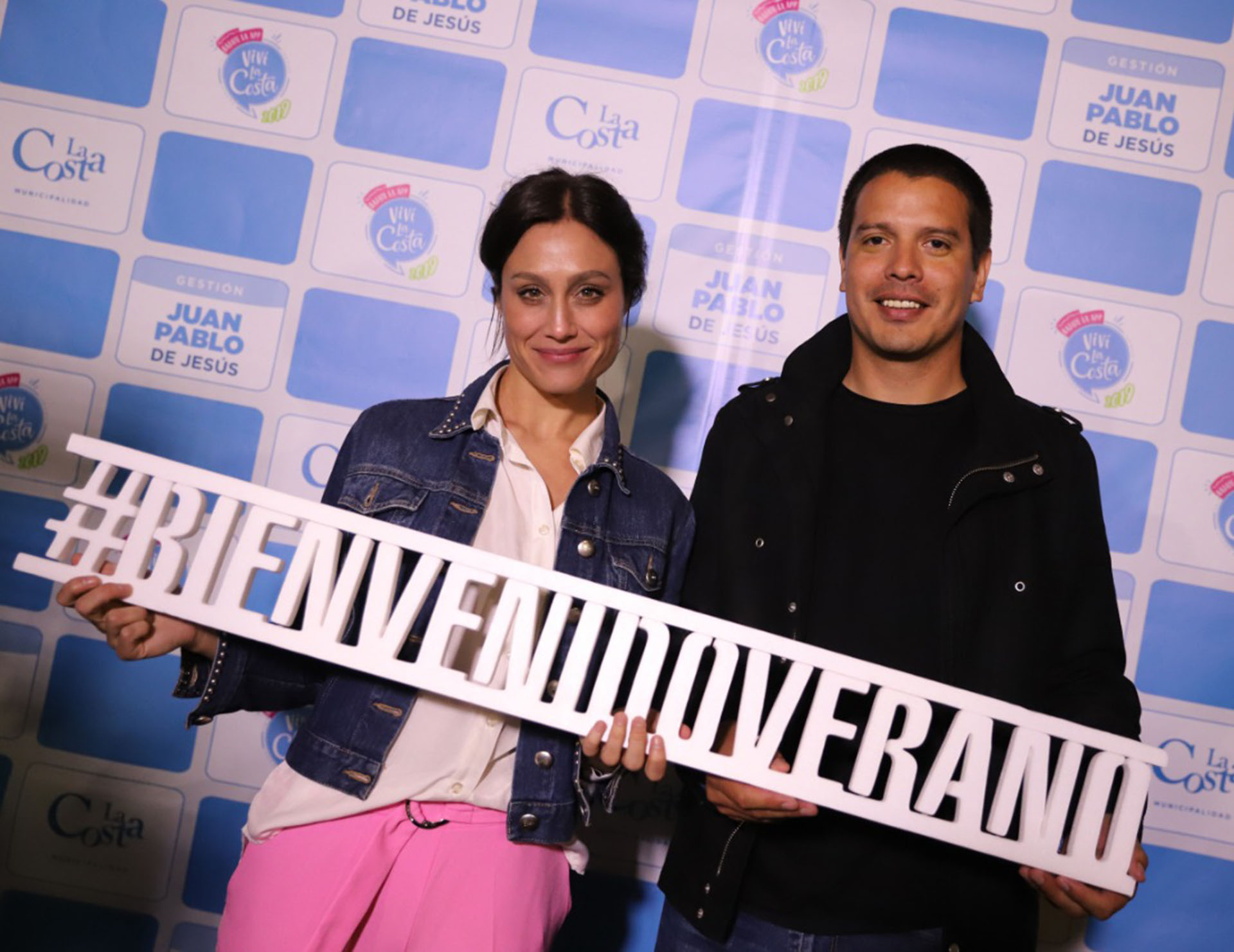 Cristian Cardozo, secretario de relaciones institucionales del Partido de La Costa, y la actriz y DJ Mercedes Oviedo