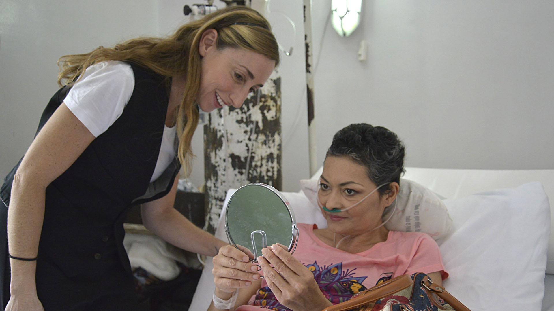 Flor Chacra Peralta Ramos después de maquillar a Mirna Godoy,en tratamiento por cáncer de mamas. (Gustavo Gavotti)