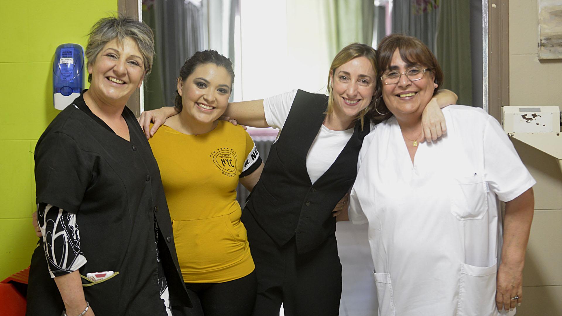 Claudia, Sol Villelma (recuperada de un linfoma de Hodgkin), Flor y la psicóloga del Hospital de oncología (Gustavo Gavotti)