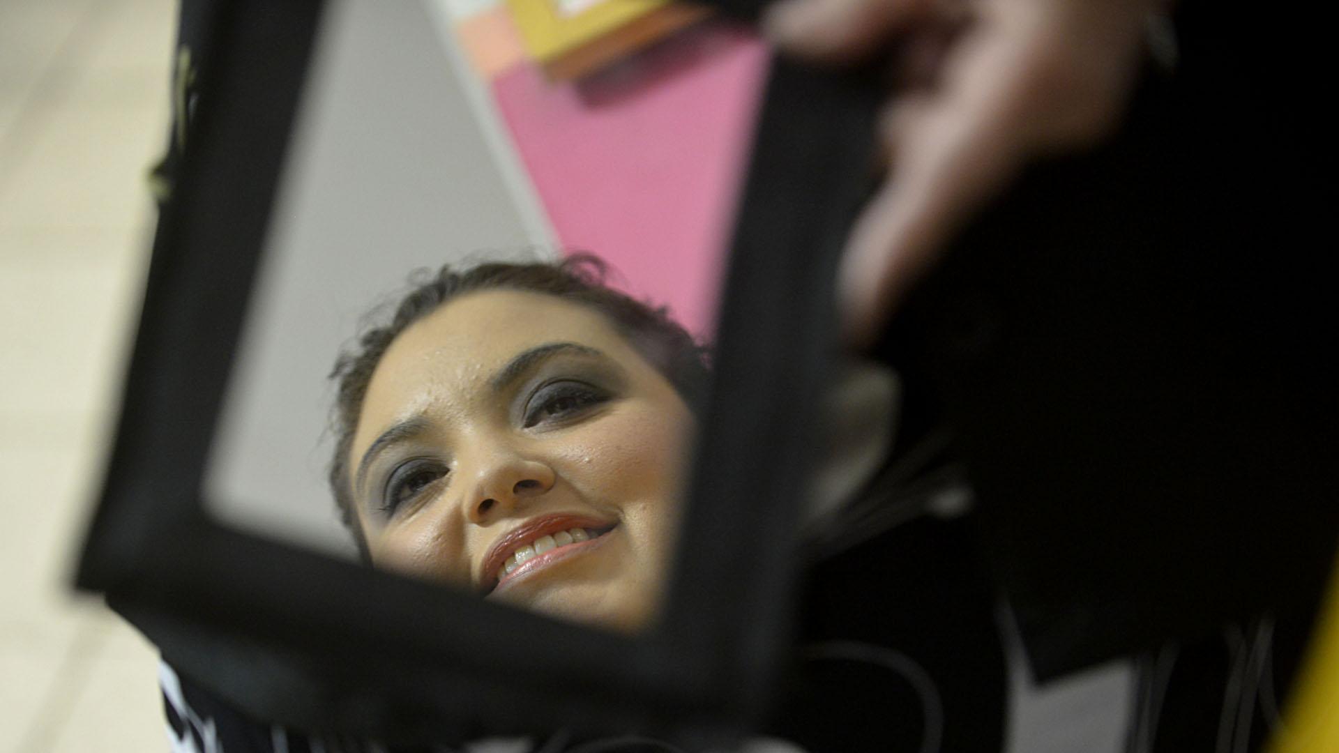 Sol, que ya tiene el alta médica, luego de haber sido maquillada por Claudia (Gustavo Gavotti)