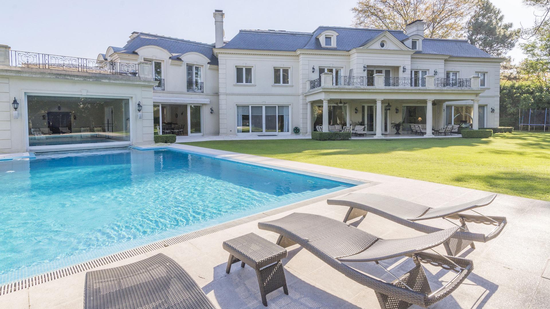 La mansión de estilo francés diseñada por el arquitecto James Donaldson tiene 4500 m2 totales.