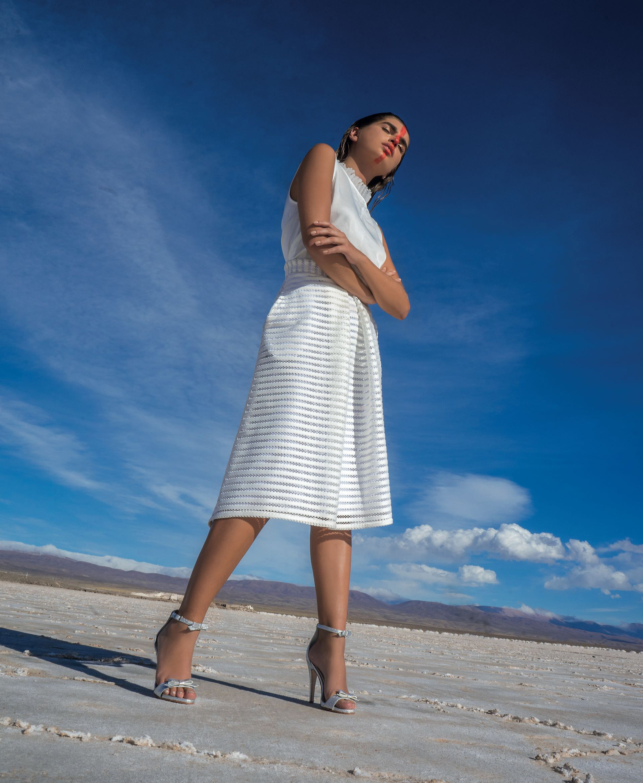 Blusa de seda y cuello plisado de gasa ($ 2.500, Clara Ibarguren), falda con pinzas (Mila Kartei) y sandalias de cuero con moño ($ 6.900, Saverio Di Ricci).
