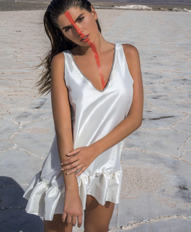 Vestido con strass en el escote ($ 4.070, Melocotón).