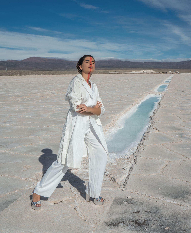 Trench con lazo (Las Pepas), pantalón ancho ($ 4.750, Vitamina) y sandalias con plataforma ($ 3.690, Viamo).