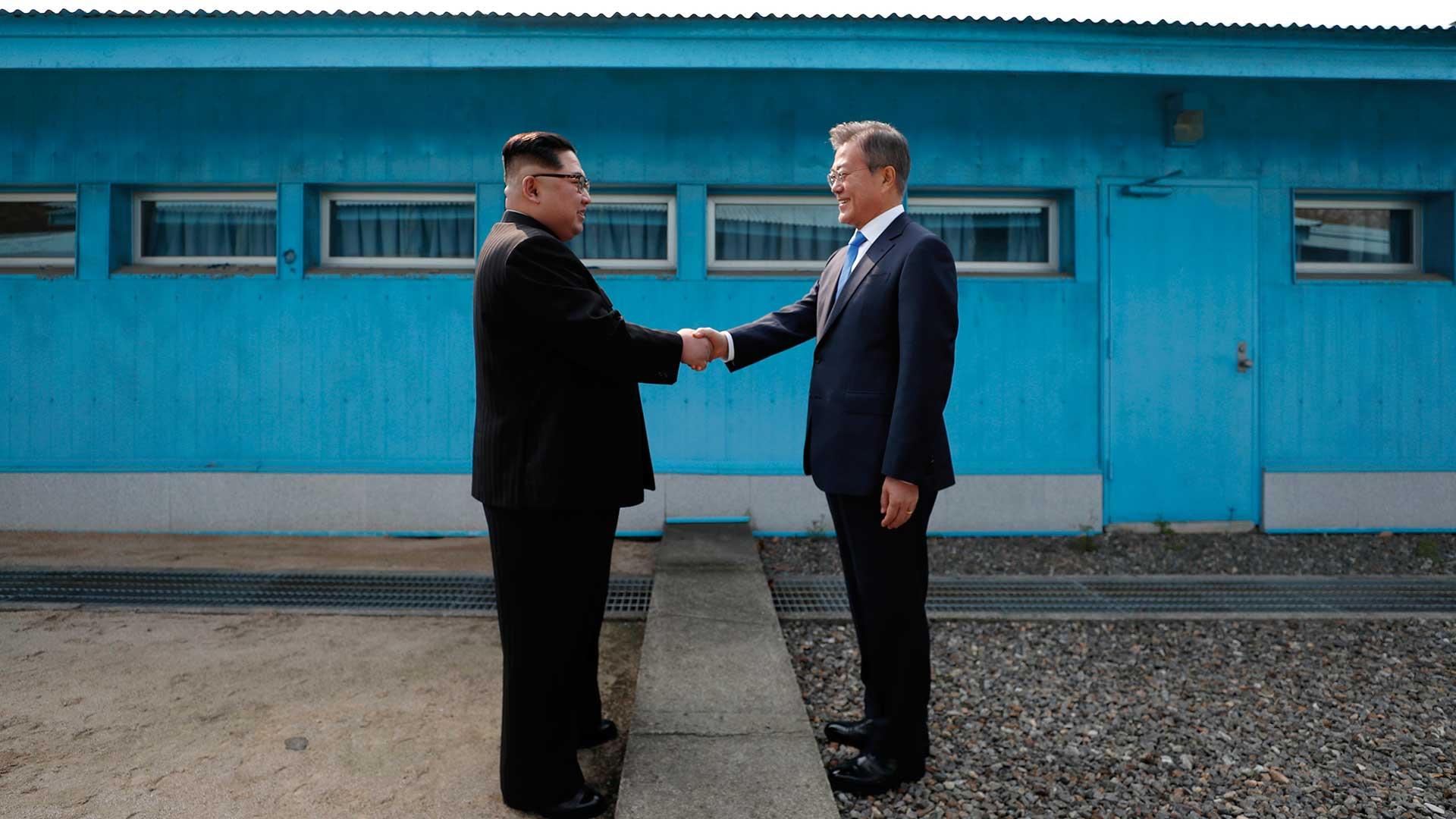 Los líderes de la península dividida, en un saludo histórico, en abril de 2018. Foto: AFP.