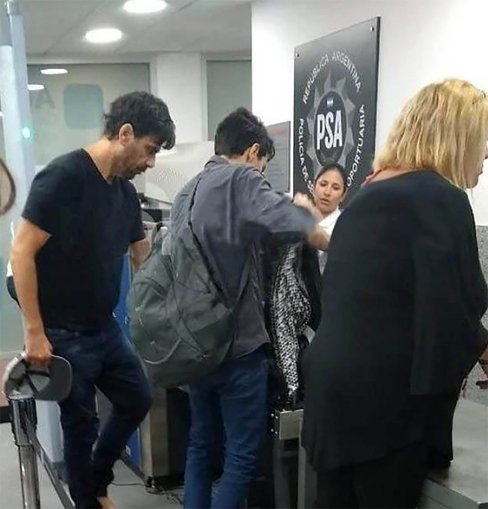 El actor, realizando los trámites antes de abordar el avión