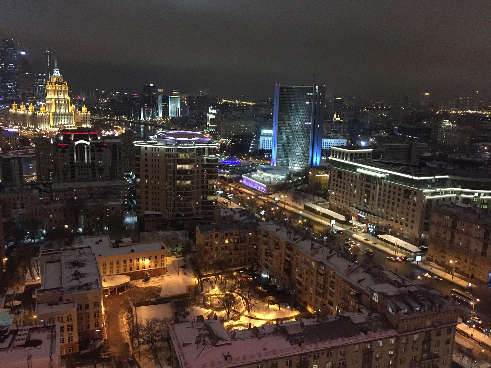 """Moscú por la noche, frente al boulevard Novinskiy y con el Hotel Radisson, ex Ucrania, al fondo a la izquierda; una de las """"siete hermanas"""" construidas durante los años de Josef Stalin"""