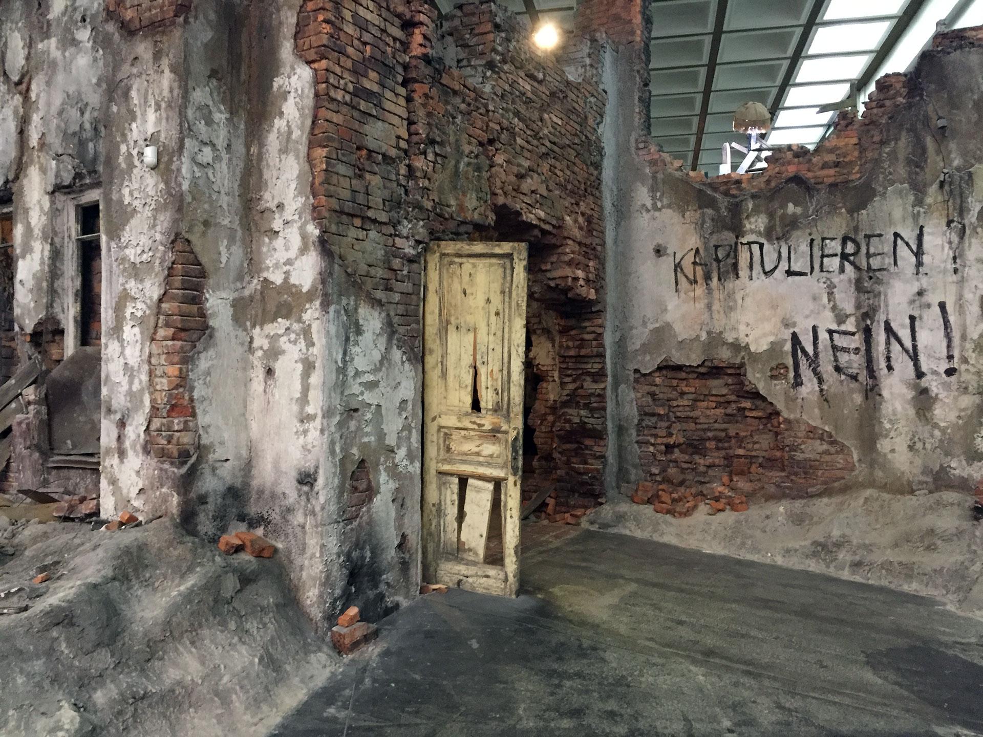 """""""¿Rendición? ¡Nunca!"""", dice el texto en alemán en una falsa pared destruida de Berlín"""