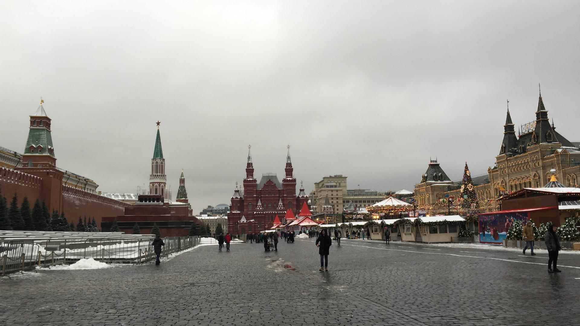 La Plaza Roja, rodeada de la muralla del Kremlin, el mausoleo de Lenin, el Museo de Historia Nacional, la Feria Navideña y las célebres tiendas Gum