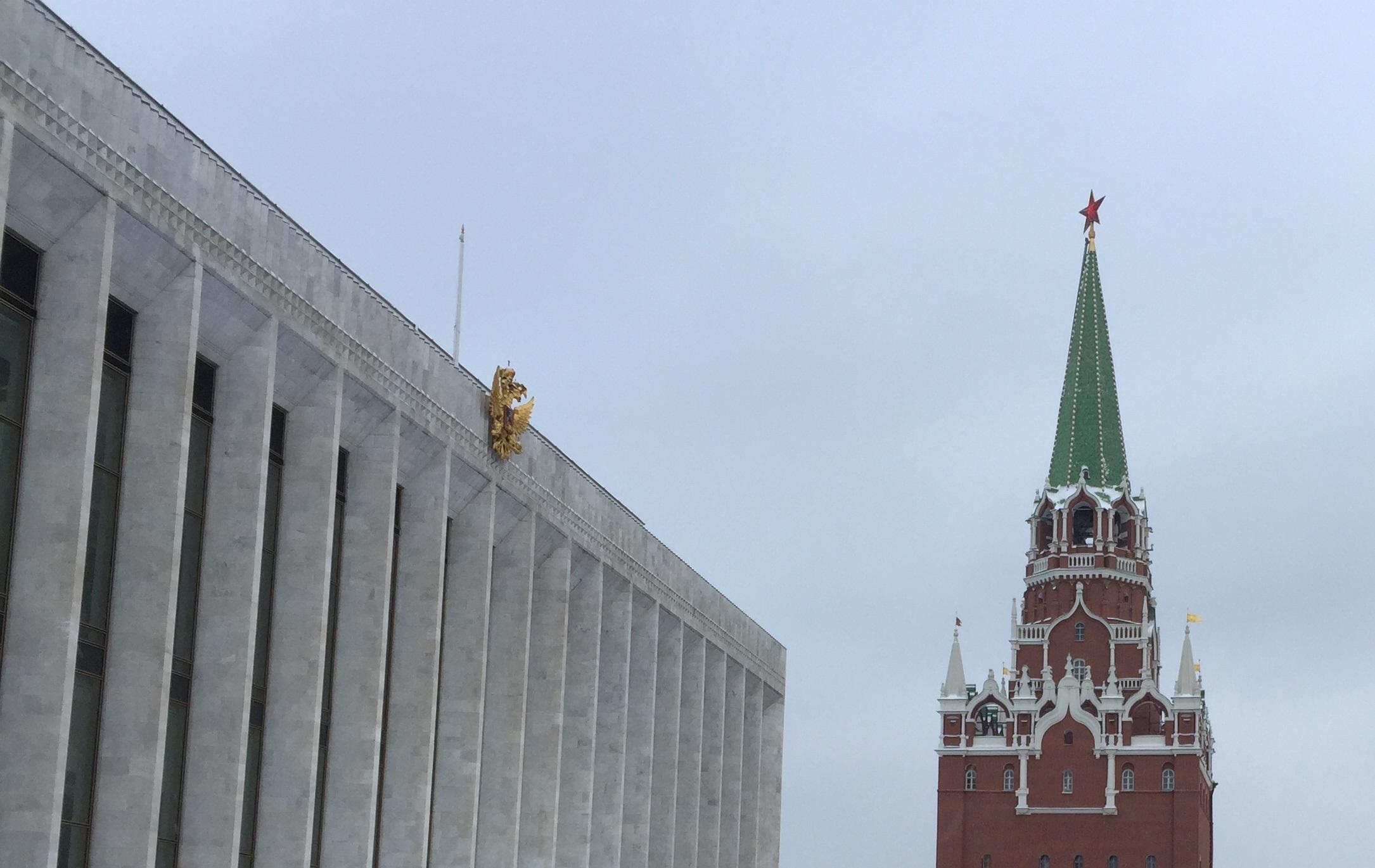 Dentro del Kremlin: el Palacio Estatal construido por el régimen soviético, ahora convertido en sala de conciertos y adornado con el águila bicéfala rusa (izquierda), junto a una de las columnas de la muralla medieval, con una estrella comunista en su punta
