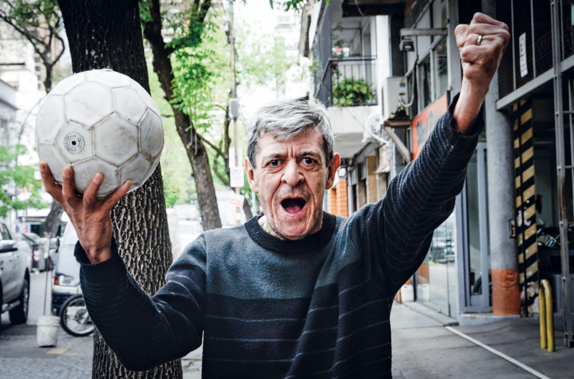 Campeón mundial en 1978. El ídolo eterno de Huracán llenó de alegría los estadios con su talento y frescura. A los 64 años el Loco René dejó en el recuerdo su figura fiel de jugador del pueblo.