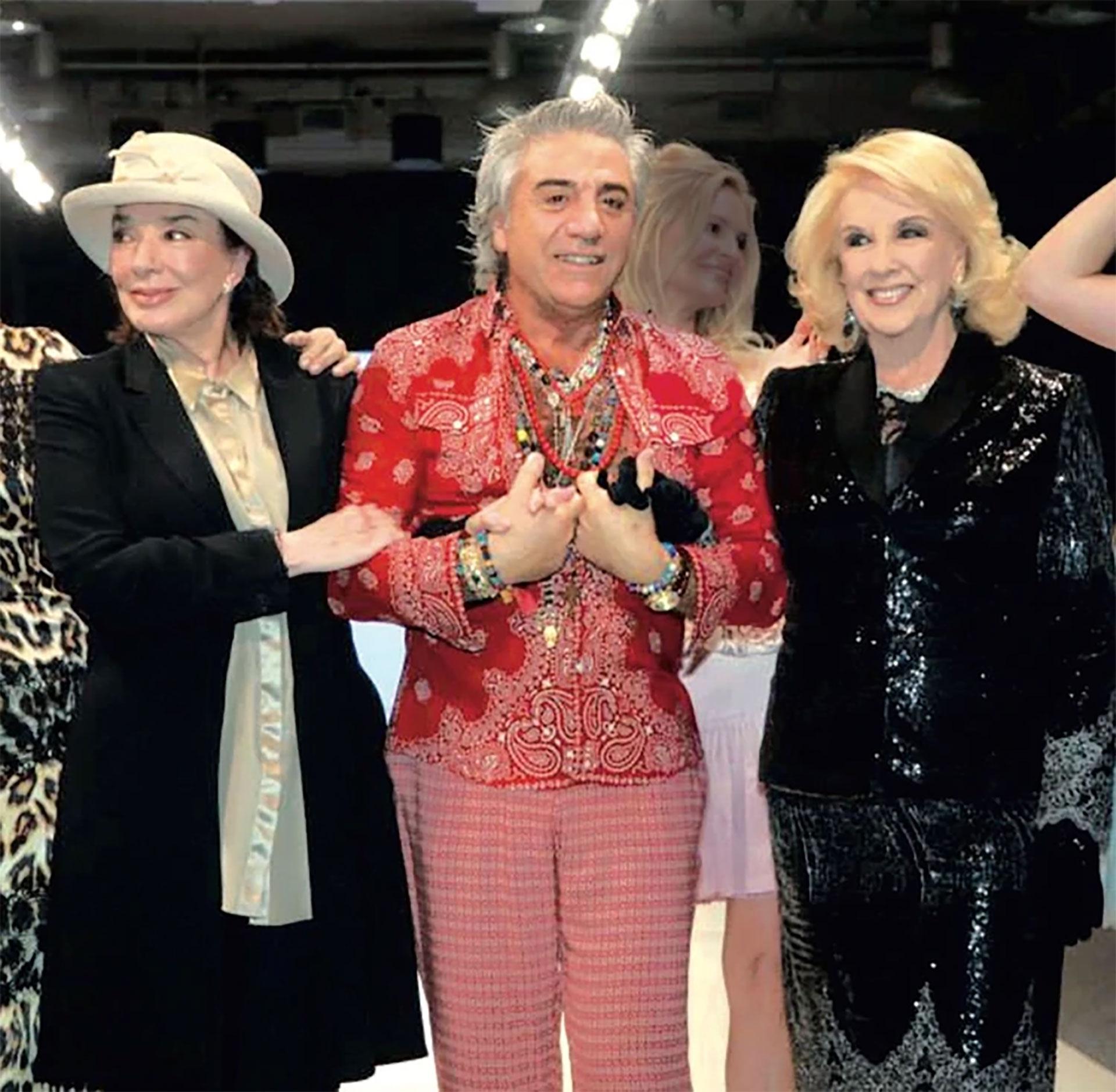 El famoso diseñador falleció a los 66 años. Mirtha Legrand, Teté Coustarot, Graciela Borges y Susana Giménez fueron algunas de las estrellas que lucieron sus inconfundibles creaciones confeccionadas con telas italianas, marroquíes y turcas.(Foto: archivo Gente)