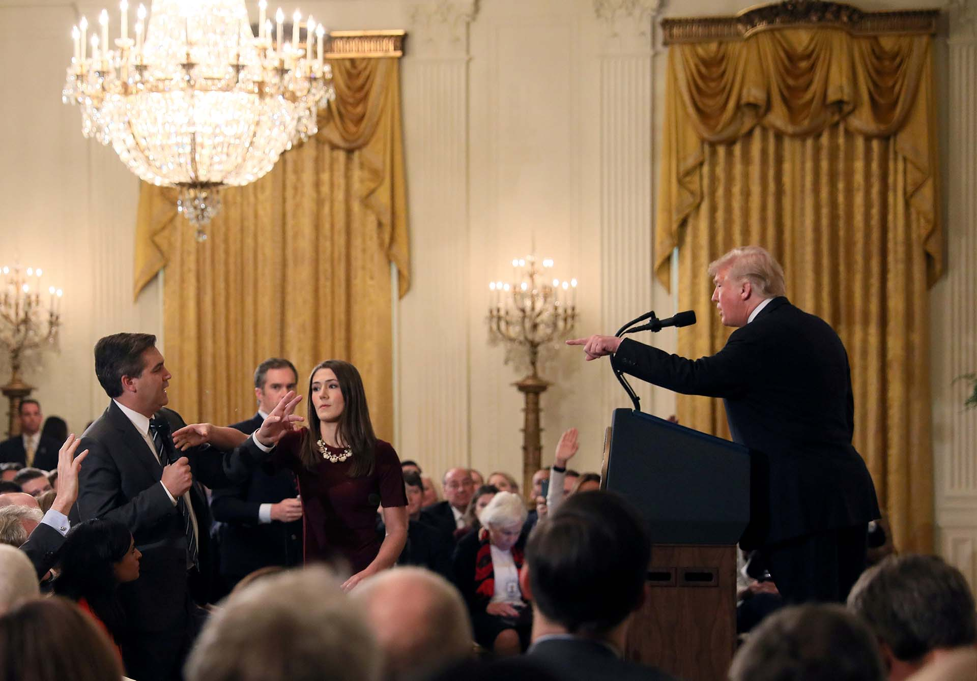 El 7 de noviembre Donald Trump increpa al periodista de la CNN Jim Acosta durante una conferencia de prensa y exige que se le retire el micrófono