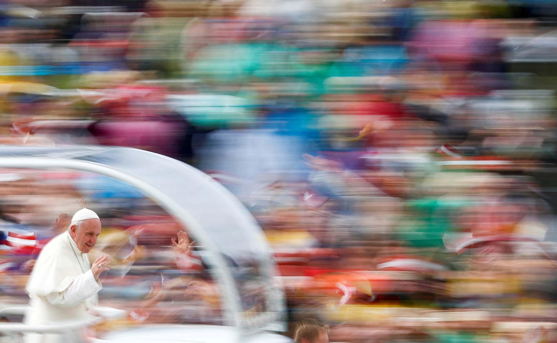 El Papa Francisco llega a la Basílica de Aglona, en Letonia, el 24 de septiembre