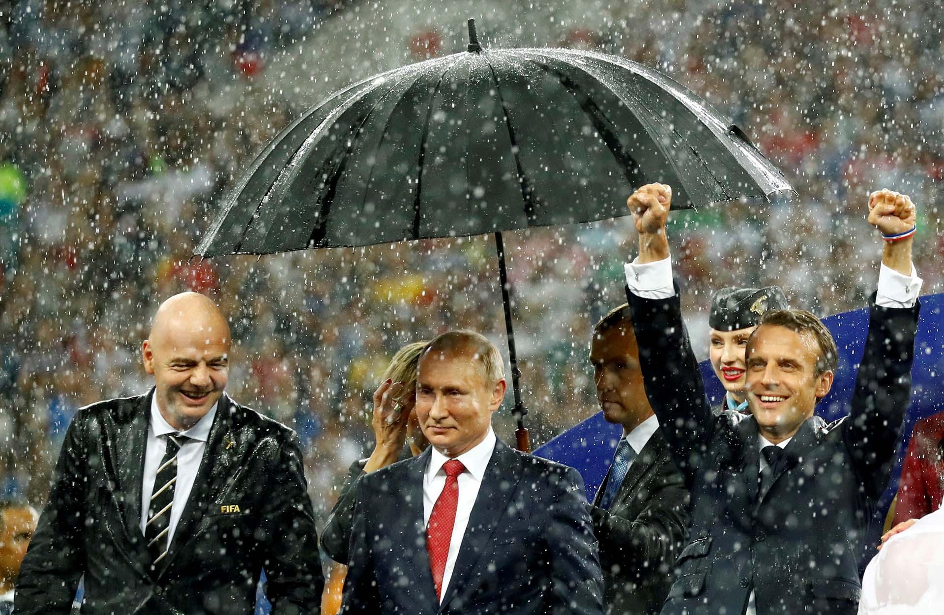 El presidente de la FIFA, Gianni Infantino, el de Rusia, Vladimir Putin, y el de Francia, Emmanuel Macron, durante la ceremonia de premiación del Mundial de fútbol ganado por la selección francesa en Moscú el 15 de julio