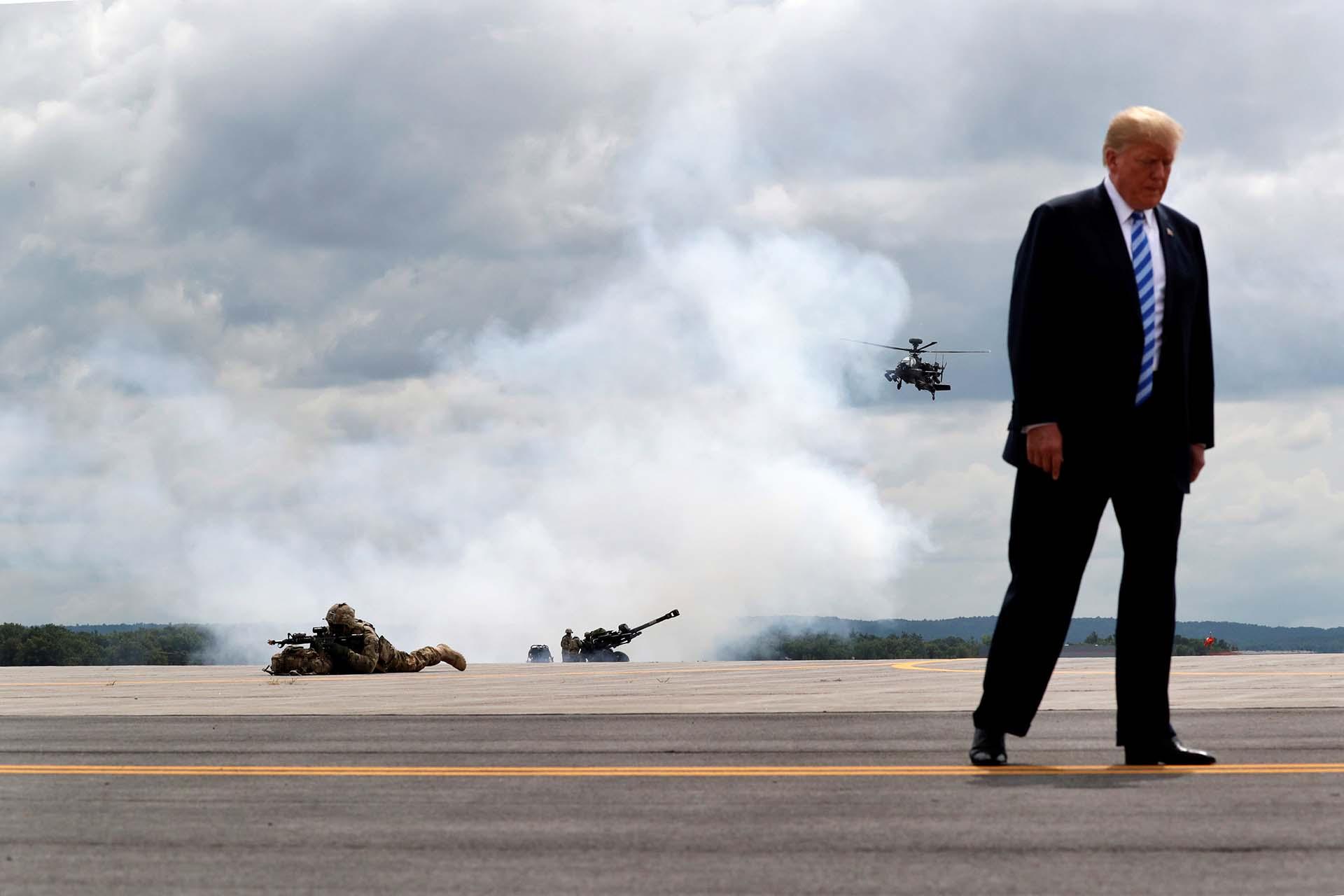 El presidente Donald Trump observa ejercicios militares de las tropas de la 10.ª División de Montaña del Ejército de los Estados Unidos en el Fuerte Drum, en Nueva York, el 13 de agosto