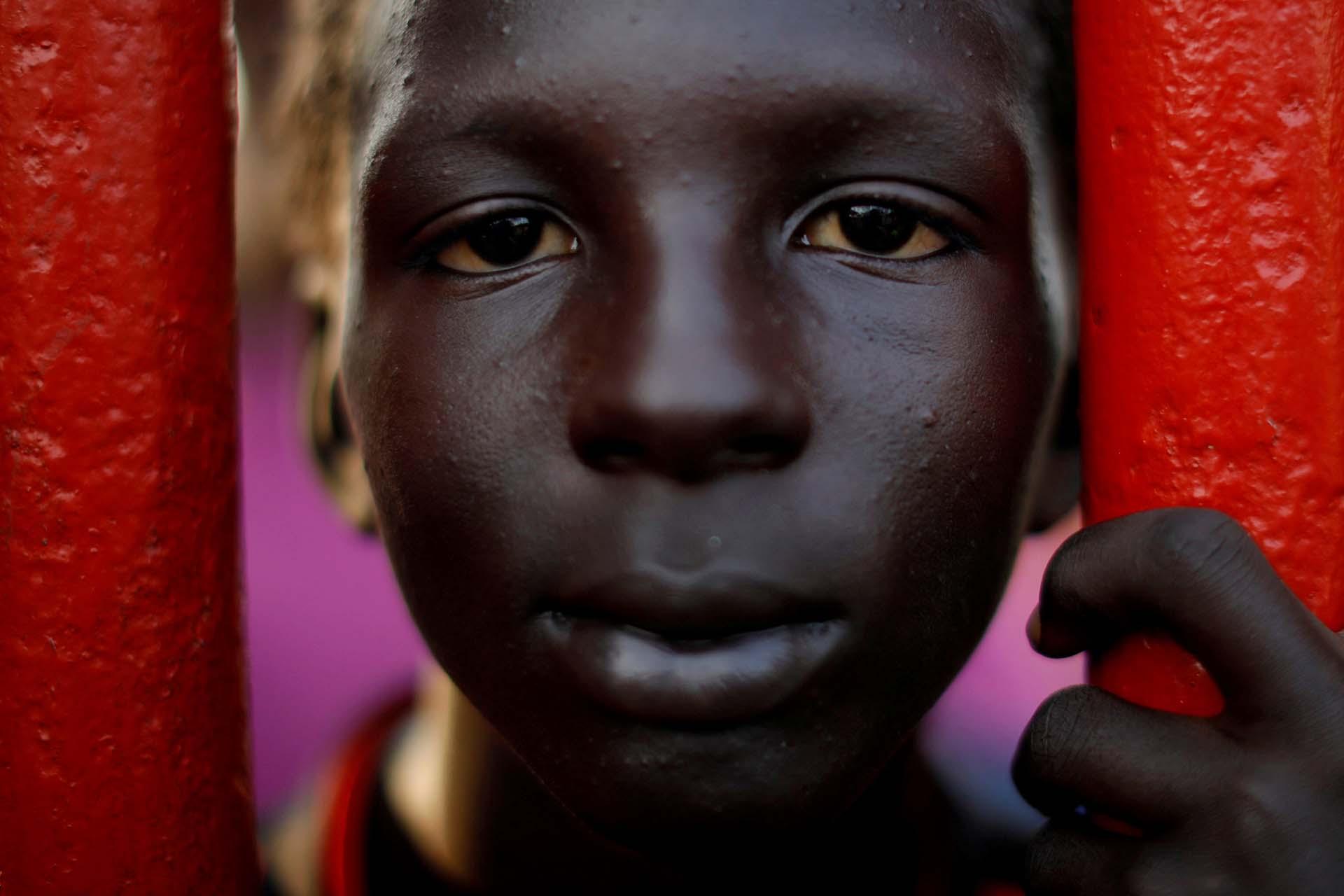 Jonathan Rodríguez, un niño migrante de siete años, parte de una caravana que viaja desde América Central en ruta a los Estados Unidosy descansa en un campamento improvisado en Matías Romero, México, el 9 de noviembre