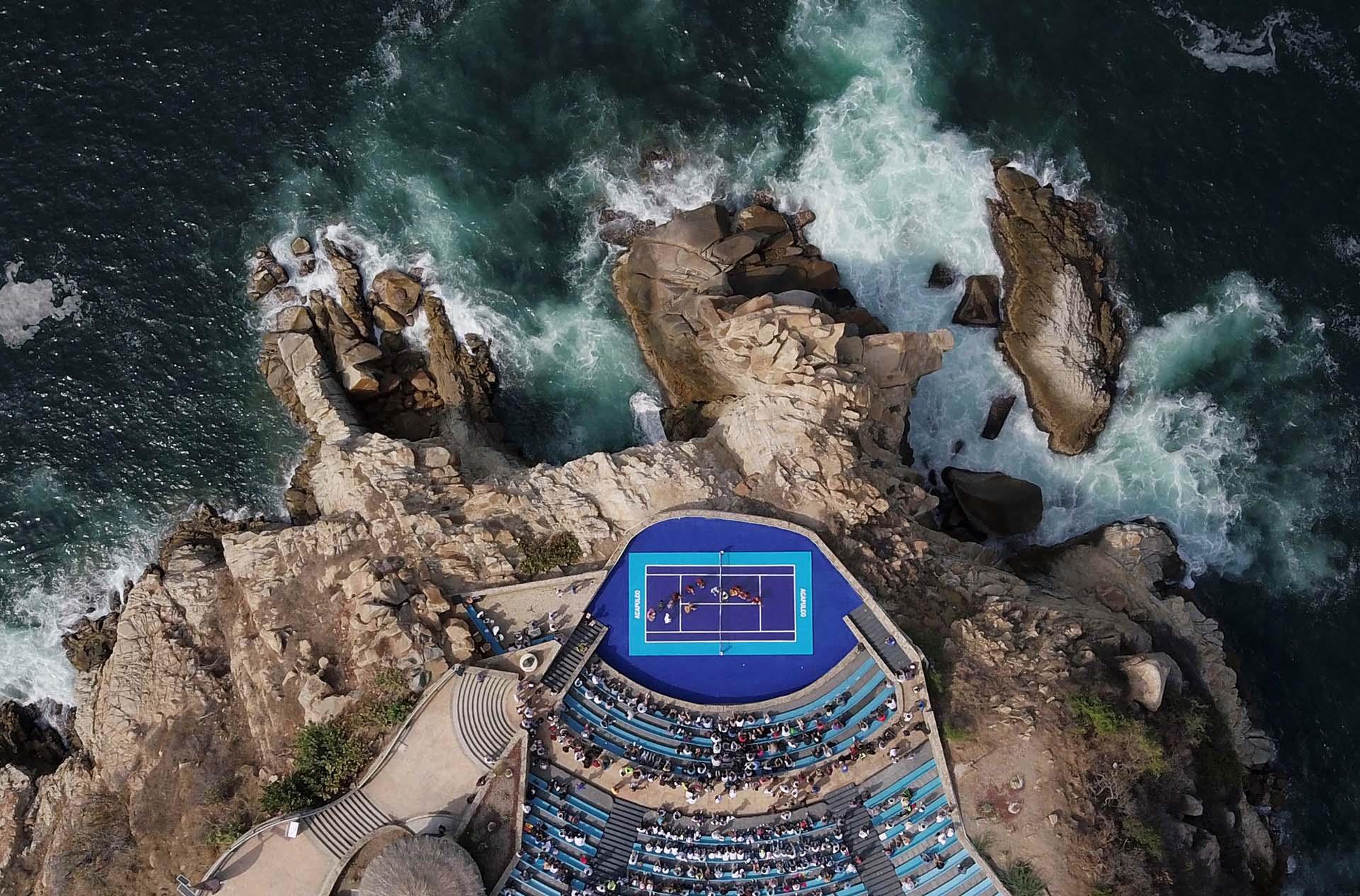 Vista aérea de un grupo de mariachis actúa durante una exhibición de tenis previa al ATP 500 de Acapulco el 26 de febrero