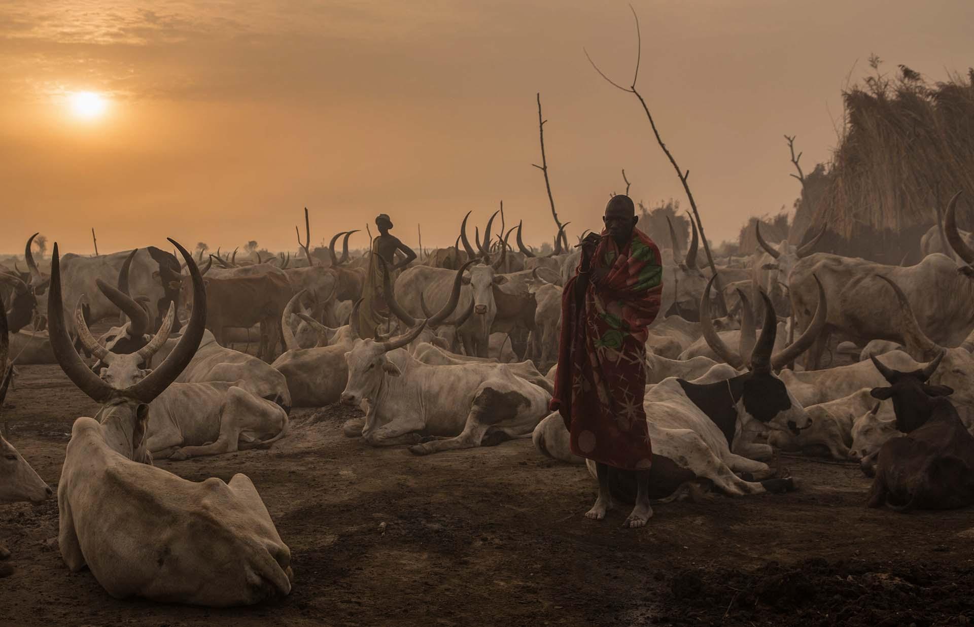 Un miembrode la tribu Dinka en su campo de pastoreo en Mingkaman, al sur de Sudán, el 3 de marzo