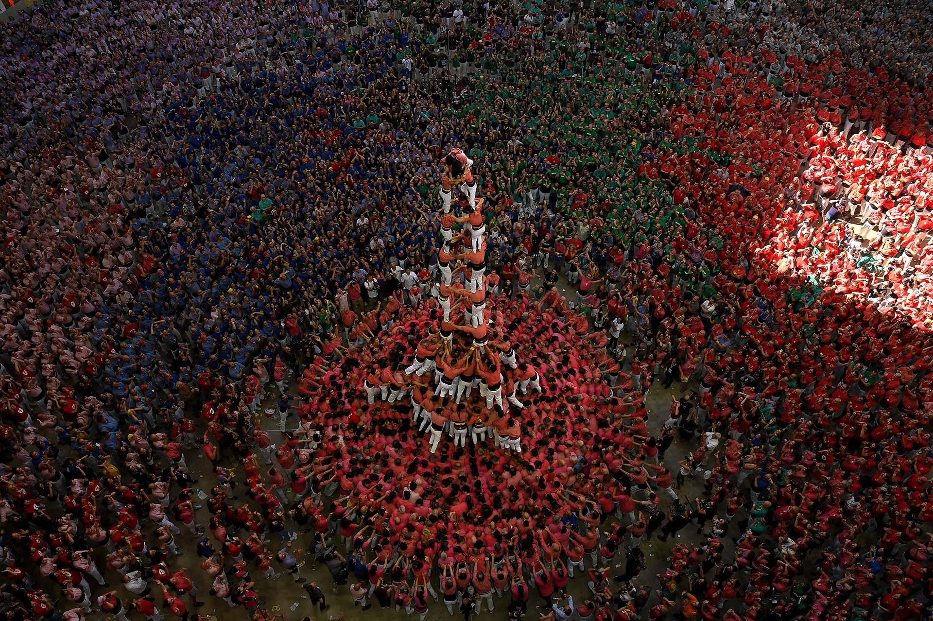 Los miembros del equipo Colla Vella dels Xiquets de Valls formaron un 'castell' (torre humana) y ganaron la competición XXVII 'castells' en Tarragona, el 7 de octubre