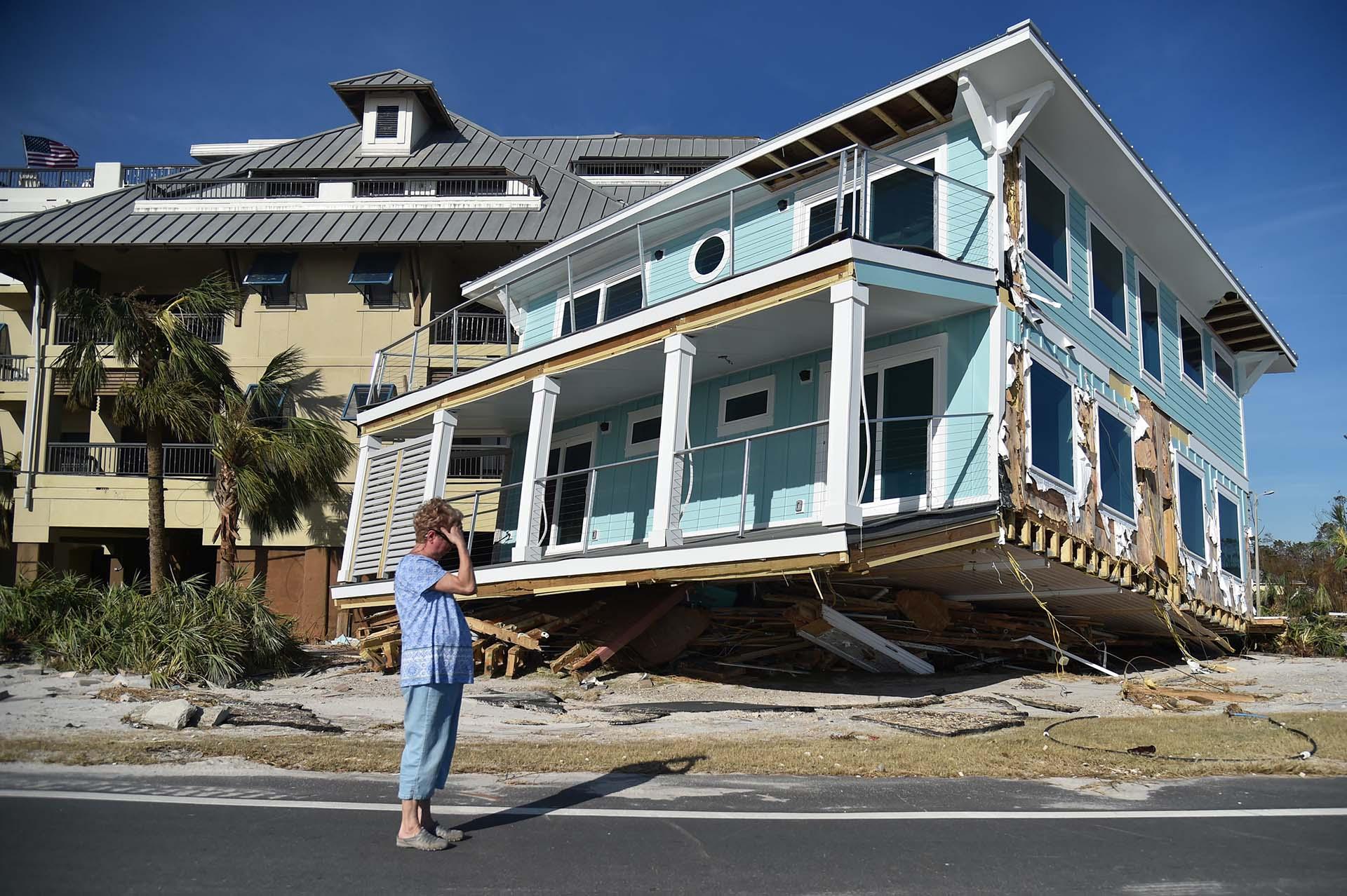 Claire se lamenta al ver el daño causado por el huracán Michael en Mexico Beach, en Florida, el 12 de octubre