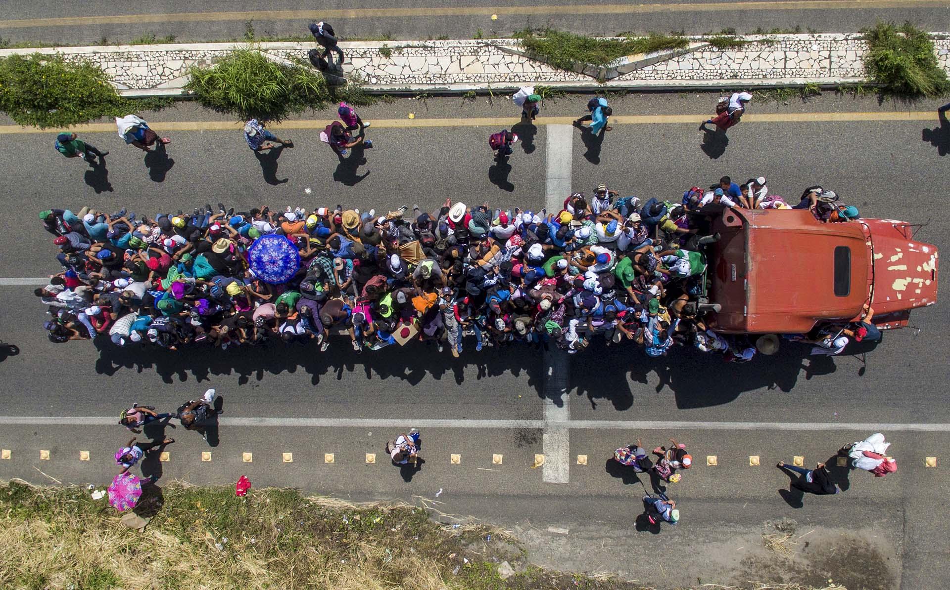 Vista aérea de los migrantes hondureños a bordo de un camión mientras participan en una caravana que se dirige a los Estados Unidos, en las afueras de Tapachula, en su camino a Huixtla, en el estado mexicano de Chiapas, el 22 de octubre