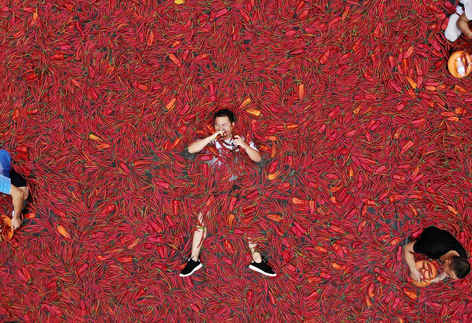 Un participante en la competencia anual de ingestión de chiles rojos en Ningxiang, China, el 8 de julio