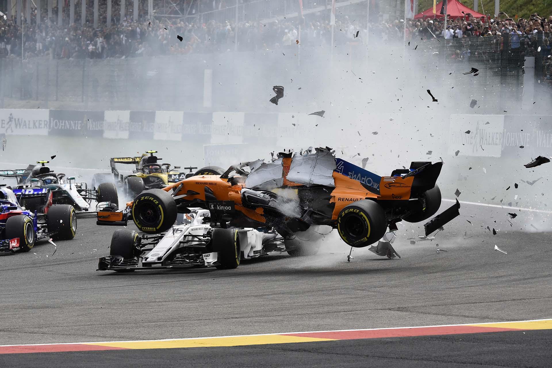 Fernando Alonso, el piloto español de McLaren, se estrella durante el Gran Premio de Fórmula Uno de Bélgica en el circuito de Spa-Francorchamps el 26 de agosto