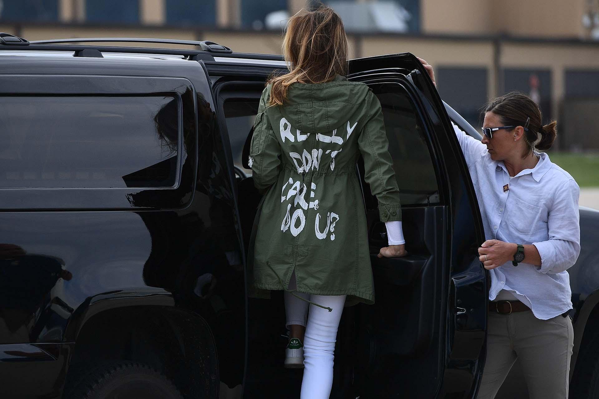"""La primera dama Melania Trump, rumbo a la base aérea de Andrews, Maryland, para viajar a la frontera con México, luce una curiosa chaqueta en la que se lee """"I really don´t care, do you?""""(Realmente no me importa, ¿y a tí?) el 21 de junio"""