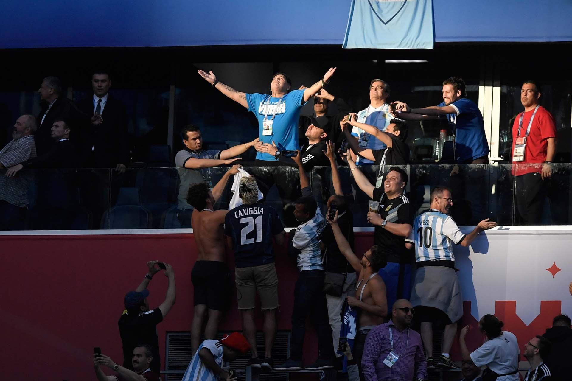 Diego Maradona celebra la agónica victoria de la Argentina sobre Nigeria que le permitió la clasificación a los octavos de final del Mundial de Rusia en San Petersburgo el 26 de junio
