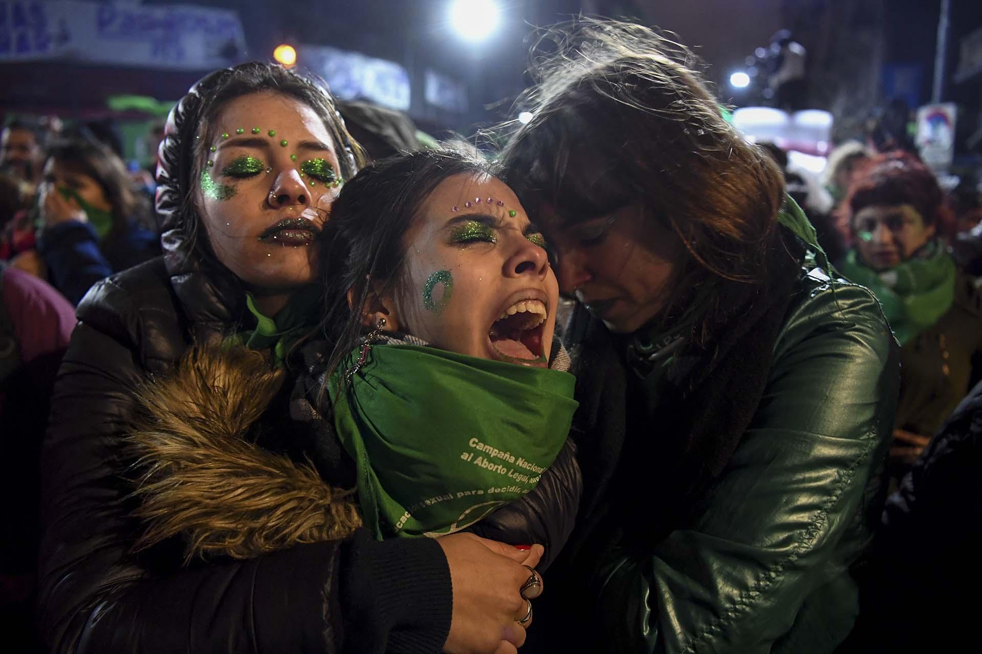 Activistas por la legalización del aborto se lamentan en las inmediaciones del Congreso Nacional en Buenos Aires luego de que el Senado rechazara la iniciativa el 9 de agosto