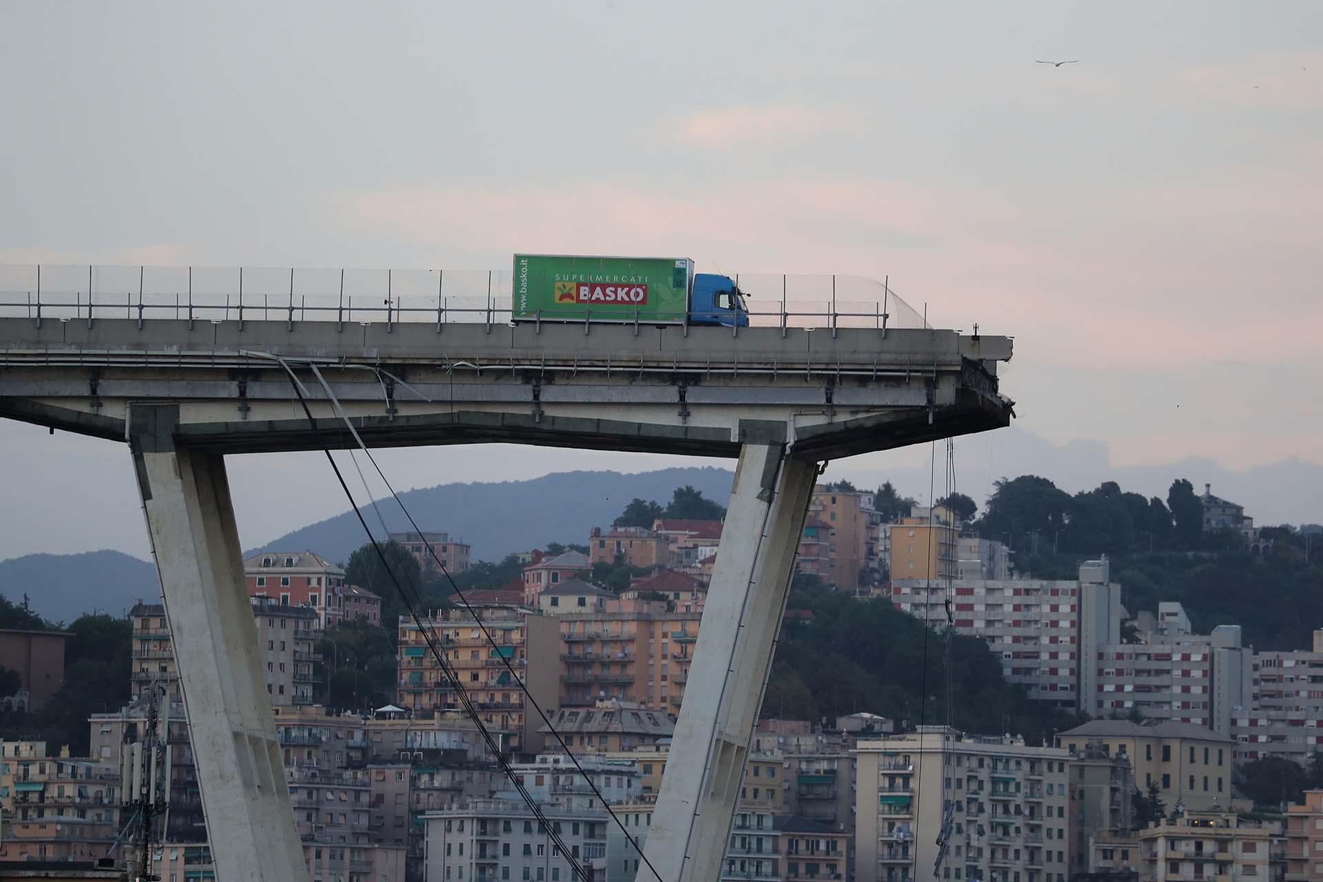 Un camión se detiene en el borde del colapsado puente Morandi, en la ciudad italiana de Genoa, el 14 de agosto. Al menos 30 personas murieron en el accidente