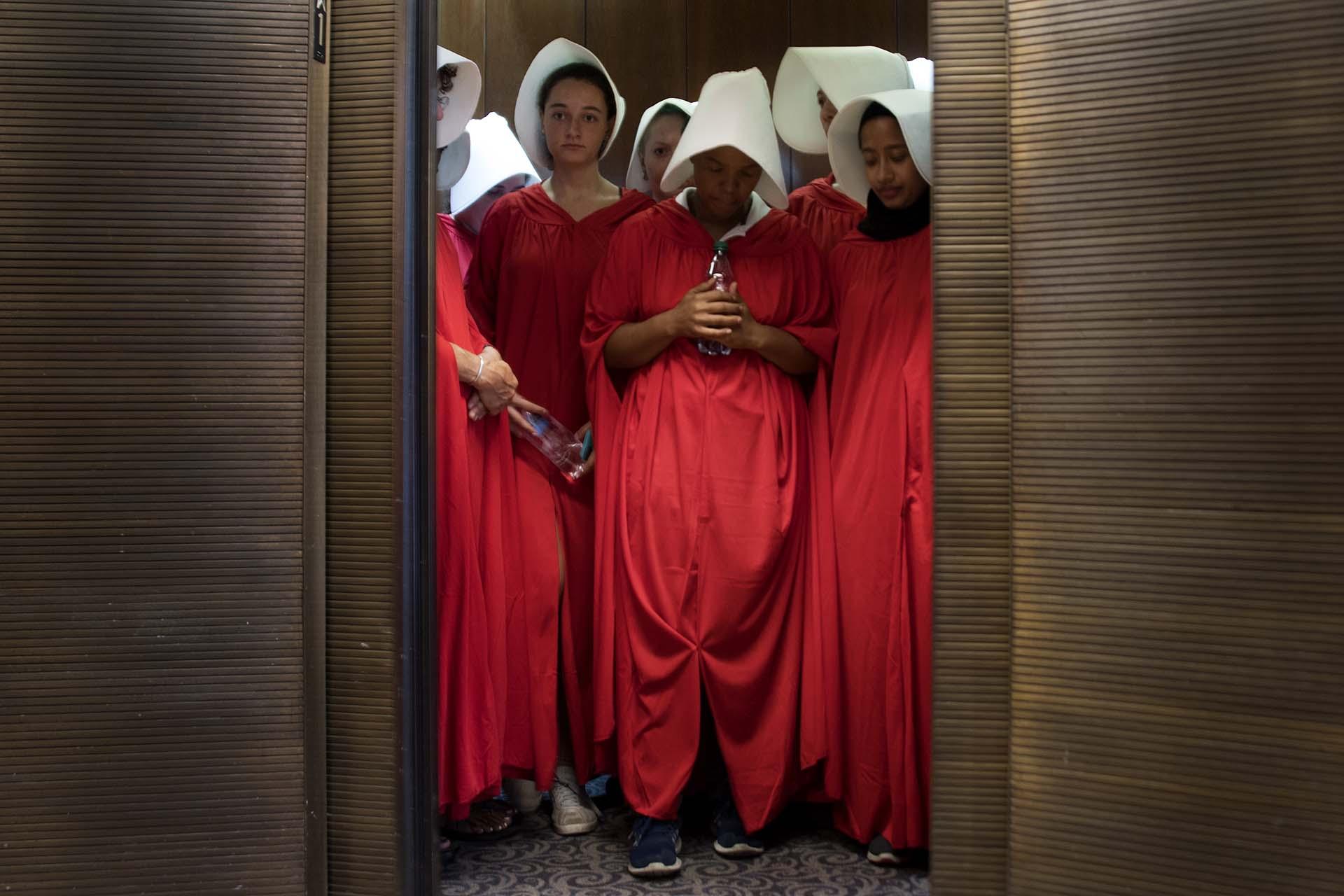 """Vestidas como personajes de la novela """"The Handmaid's Tale"""", mujeres se manifiestan en el Congreso de EEUU contra el entonces candidato a la Corte Suprema Brett Kavanaugh, acusado de abuso sexual, el 4 de septiembre de 2018"""